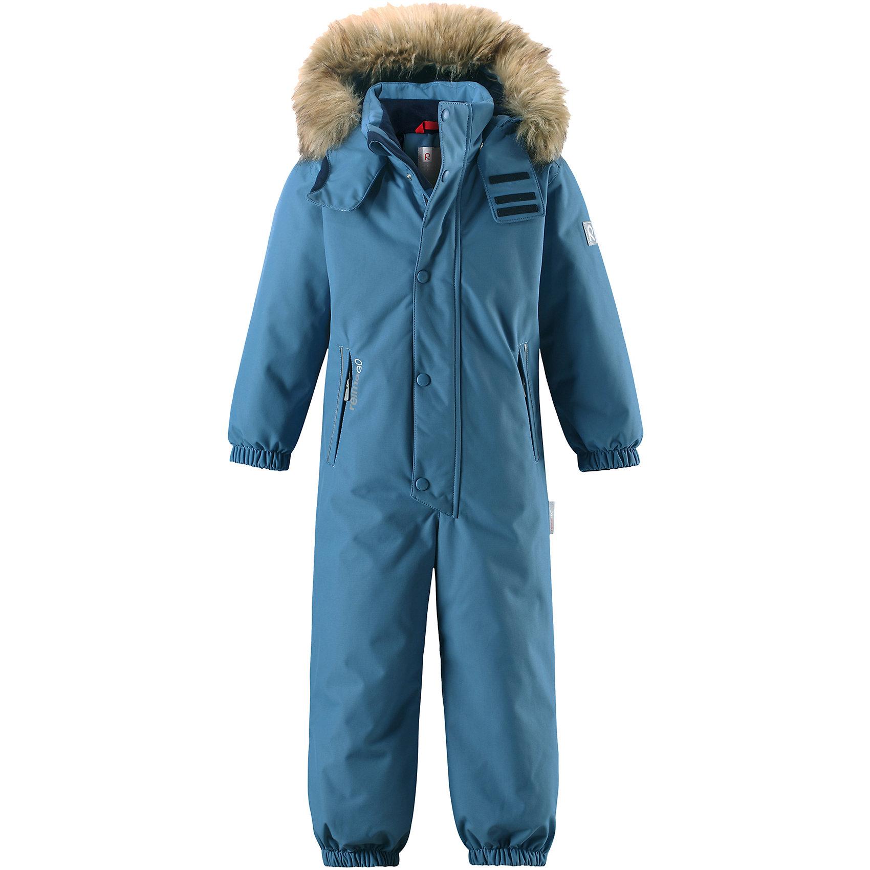 Комбинезон Reimatec® Reima StavangerОдежда<br>Характеристики товара:<br><br>• цвет: голубой;<br>• состав: 100% полиэстер;<br>• подкладка: 100% полиэстер;<br>• утеплитель: 160 г/м2<br>• температурный режим: от 0 до -20С;<br>• сезон: зима; <br>• водонепроницаемость: 12000 мм;<br>• воздухопроницаемость: 8000 мм;<br>• износостойкость: 80000 циклов (тест Мартиндейла);<br>• водо- и ветронепроницаемый, дышащий и грязеотталкивающий материал;<br>• все швы проклеены и водонепроницаемы;<br>• гладкая подкладка из полиэстера;<br>• эластичные манжеты и пояс сзади;<br>• застежка: молния с защитой подбородка;<br>• безопасный съемный капюшон на кнопках;<br>• съемный искусственный мех на капюшоне;<br>• регулируемая длина брюк с помощью кнопок;<br>• внутренняя регулировка обхвата талии;<br>• прочные съемные силиконовые штрипки;<br>• два кармана на молнии;<br>• кармана с креплением для сенсора ReimaGO®;<br>• светоотражающие детали;<br>• страна бренда: Финляндия;<br>• страна изготовитель: Китай.<br><br>Этот детский зимний комбинезон, изготовленный из дышащего и прочного материала Duraplus®, обеспечит комфорт в любую погоду и во время любых занятий. Все швы в нем проклеены, водонепроницаемы, так что внутрь не просочится ни одной капельки – можно часами резвиться в снегу, все равно в нем будет тепло и сухо. Внутренние подтяжки позволяют снимать в помещении верхнюю часть комбинезона, которая будет аккуратно держаться на пояснице. В этой модели прямого кроя талия легко регулируется, что позволяет подогнать комбинезон точно по фигуре. <br><br>Съемный капюшон защищает от холодного ветра, а еще обеспечивает дополнительную безопасность во время игр на улице – кнопки капюшона легко отстегнутся, если он случайно за что-нибудь зацепится. Образ оживляет безопасный съемный капюшон со съемной оторочкой из искусственного меха. Силиконовые штрипки не дают концам брючин подскакивать, а еще концы брючин можно отрегулировать кнопками! Комбинезон снабжен подкладкой из гладкого полиэстера, поэтому легко над