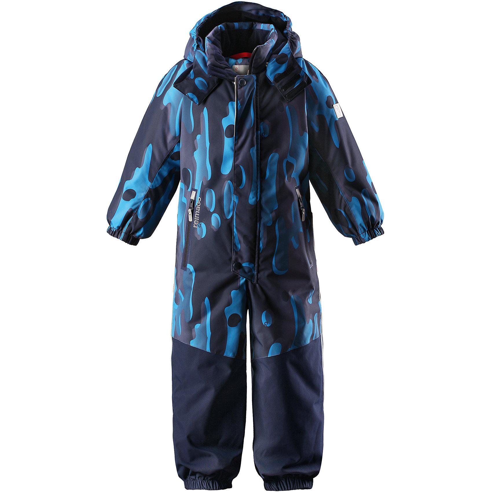Комбинезон Tornio Reimatec® ReimaВерхняя одежда<br>Характеристики товара:<br><br>• цвет: синий;<br>• состав: 100% полиэстер;<br>• утеплитель: 160 г/м2;<br>• сезон: зима;<br>• температурный режим: от 0 до -20С;<br>• водонепроницаемость: 15000/12000 мм;<br>• воздухопроницаемость: 7000/8000 мм;<br>• износостойкость: 35000/80000 циклов (тест Мартиндейла);<br>• водо и ветронепроницаемый, дышащий и грязеотталкивающий материал;<br>• все швы проклеены и водонепроницаемы;<br>• прочные усиленные вставки сзади, на коленях и снизу на ногах;<br>• застежка: молния с дополнительной планкой на кнопках;<br>• защита подбородка от защемления;<br>• гладкая подкладка из полиэстера;<br>• безопасный, съемный и регулируемый капюшон;<br>• эластичные манжеты;<br>• внутренняя регулировка обхвата талии;<br>• эластичный пояс сзади;<br>• длина брюк регулируется с помощью кнопок;<br>• прочные съемные силиконовые штрипки;<br>• два кармана на молнии;<br>• карман с креплением для сенсора ReimaGO;<br>• светоотражающие элементы;<br>• страна бренда: Финляндия;<br>• страна производства: Китай.<br><br>Зимний непромокаемый комбинезон Reimatec® с полностью проклеенными швами. Суперпрочные усиления на задней части, коленях и концах брючин. Комбинезон снабжен гладкой подкладкой из полиэстера, талия при необходимости легко регулируется, что позволяет подогнать комбинезон точно по фигуре. А еще он снабжен эластичным пояском сзади, эластичными манжетами на рукавах и концах брючин, которые регулируются застежкой на кнопках. <br><br>Съемный и регулируемый капюшон защищает от пронизывающего ветра, а еще он безопасен во время игр на свежем воздухе. Кнопки легко отстегиваются, если капюшон случайно за что-нибудь зацепится. Съемные силиконовые штрипки не дают концам брючин задираться. Два кармана на молнии и специальный карман для сенсора ReimaGO®. Материал имеет грязеотталкивающую поверхность, и при этом его можно сушить в сушильной машине.<br><br>Комбинезон Tornio Reimatec® Reima (Рейма) можно купить в нашем интерн