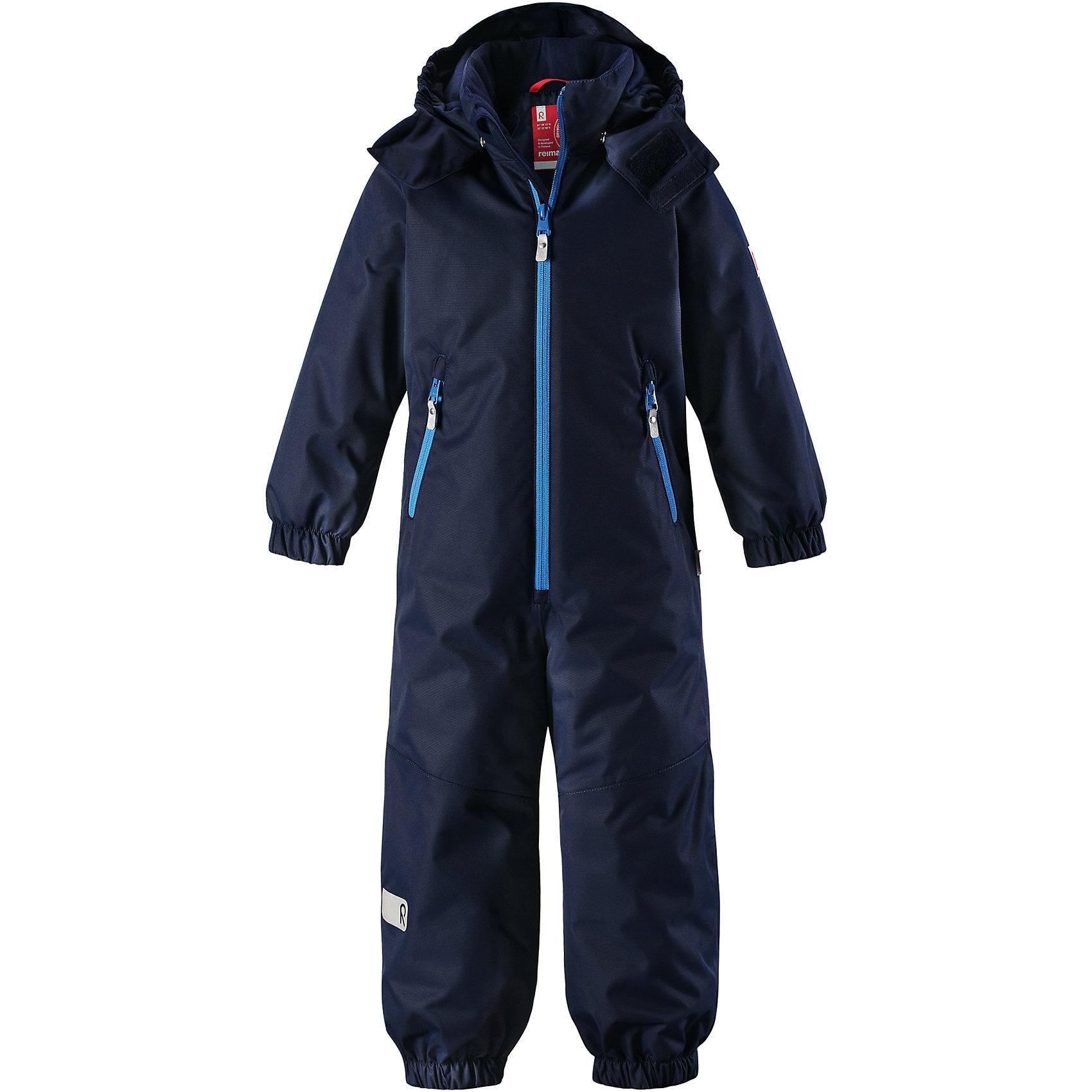 Комбинезон Reima ReissuВерхняя одежда<br>Характеристики товара:<br><br>• цвет: синий;<br>• состав: 100% полиэстер;<br>• подкладка: 100% полиэстер;<br>• утеплитель: 160 г/м2<br>• температурный режим: от 0 до -20С;<br>• сезон: зима; <br>• водонепроницаемость: 5000 мм;<br>• воздухопроницаемость: 5000 мм;<br>• износостойкость: 30000 циклов (тест Мартиндейла);<br>• водо- и ветронепроницаемый, дышащий и грязеотталкивающий материал;<br>• прочные усиленные вставки внизу, на коленях и снизу на ногах;<br>• основные швы проклеены и не пропускают влагу;<br>• гладкая подкладка из полиэстера;<br>• эластичные манжеты;<br>• застежка: молния с защитой подбородка;<br>• безопасный съемный капюшон на кнопках;<br>• внутренняя регулировка обхвата талии;<br>• регулируемая длина брюк с помощью кнопок;<br>• прочные съемные силиконовые штрипки;<br>• два кармана на молнии;<br>• светоотражающие детали;<br>• страна бренда: Финляндия;<br>• страна изготовитель: Китай.<br><br>Непромокаемый и прочный детский зимний комбинезон Reimatec® с проклеенными основными швами. Этот практичный комбинезон изготовлен из ветронепроницаемого и дышащего материала, поэтому вашему ребенку будет тепло и сухо, к тому же он не вспотеет. Комбинезон снабжен гладкой подкладкой из полиэстера. <br><br>В этом комбинезоне прямого кроя талия при необходимости легко регулируется изнутри, что позволяет подогнать комбинезон точно по фигуре. А еще он снабжен эластичными манжетами. Съемный капюшон защищает от пронизывающего ветра, а еще он безопасен во время игр на свежем воздухе. Кнопки легко отстегиваются, если капюшон случайно за что-нибудь зацепится. Этот практичный комбинезон снабжен съемными штрипками и двумя карманами на молнии. Светоотражающие детали довершают образ.<br><br>Комбинезон Reissu Reima от финского бренда Reima (Рейма) можно купить в нашем интернет-магазине.<br><br>Ширина мм: 356<br>Глубина мм: 10<br>Высота мм: 245<br>Вес г: 519<br>Цвет: синий<br>Возраст от месяцев: 108<br>Возраст до месяцев: 120<br>Пол: Унисекс<