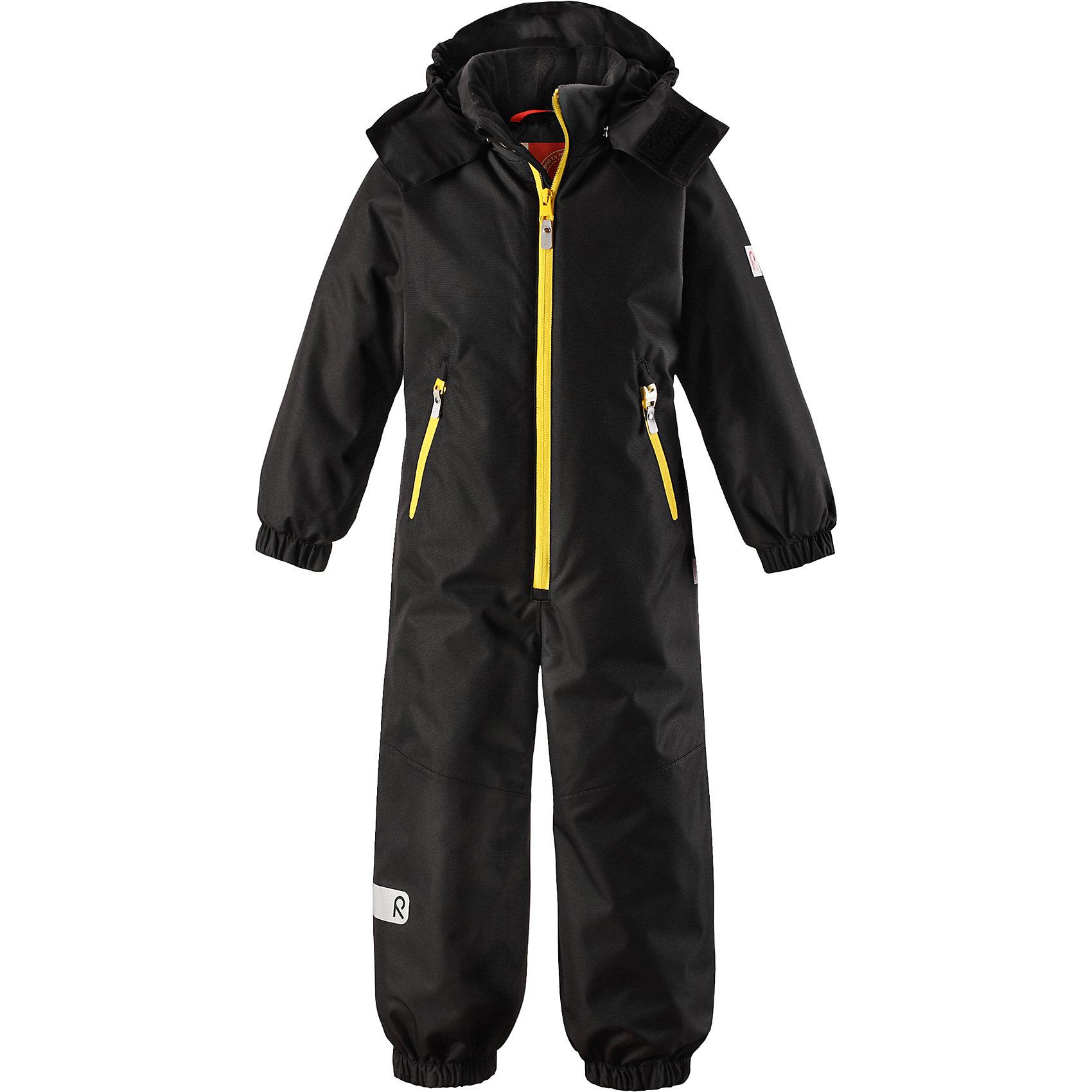 Комбинезон Reima ReissuВерхняя одежда<br>Характеристики товара:<br><br>• цвет: черный;<br>• состав: 100% полиэстер;<br>• подкладка: 100% полиэстер;<br>• утеплитель: 160 г/м2<br>• температурный режим: от 0 до -20С;<br>• сезон: зима; <br>• водонепроницаемость: 5000 мм;<br>• воздухопроницаемость: 5000 мм;<br>• износостойкость: 30000 циклов (тест Мартиндейла);<br>• водо- и ветронепроницаемый, дышащий и грязеотталкивающий материал;<br>• прочные усиленные вставки внизу, на коленях и снизу на ногах;<br>• основные швы проклеены и не пропускают влагу;<br>• гладкая подкладка из полиэстера;<br>• эластичные манжеты;<br>• застежка: молния с защитой подбородка;<br>• безопасный съемный капюшон на кнопках;<br>• внутренняя регулировка обхвата талии;<br>• регулируемая длина брюк с помощью кнопок;<br>• прочные съемные силиконовые штрипки;<br>• два кармана на молнии;<br>• светоотражающие детали;<br>• страна бренда: Финляндия;<br>• страна изготовитель: Китай.<br><br>Непромокаемый и прочный детский зимний комбинезон Reimatec® с проклеенными основными швами. Этот практичный комбинезон изготовлен из ветронепроницаемого и дышащего материала, поэтому вашему ребенку будет тепло и сухо, к тому же он не вспотеет. Комбинезон снабжен гладкой подкладкой из полиэстера. <br><br>В этом комбинезоне прямого кроя талия при необходимости легко регулируется изнутри, что позволяет подогнать комбинезон точно по фигуре. А еще он снабжен эластичными манжетами. Съемный капюшон защищает от пронизывающего ветра, а еще он безопасен во время игр на свежем воздухе. Кнопки легко отстегиваются, если капюшон случайно за что-нибудь зацепится. Этот практичный комбинезон снабжен съемными штрипками и двумя карманами на молнии. Светоотражающие детали довершают образ.<br><br>Комбинезон Reissu Reima от финского бренда Reima (Рейма) можно купить в нашем интернет-магазине.<br><br>Ширина мм: 356<br>Глубина мм: 10<br>Высота мм: 245<br>Вес г: 519<br>Цвет: черный<br>Возраст от месяцев: 108<br>Возраст до месяцев: 120<br>Пол: Унисек