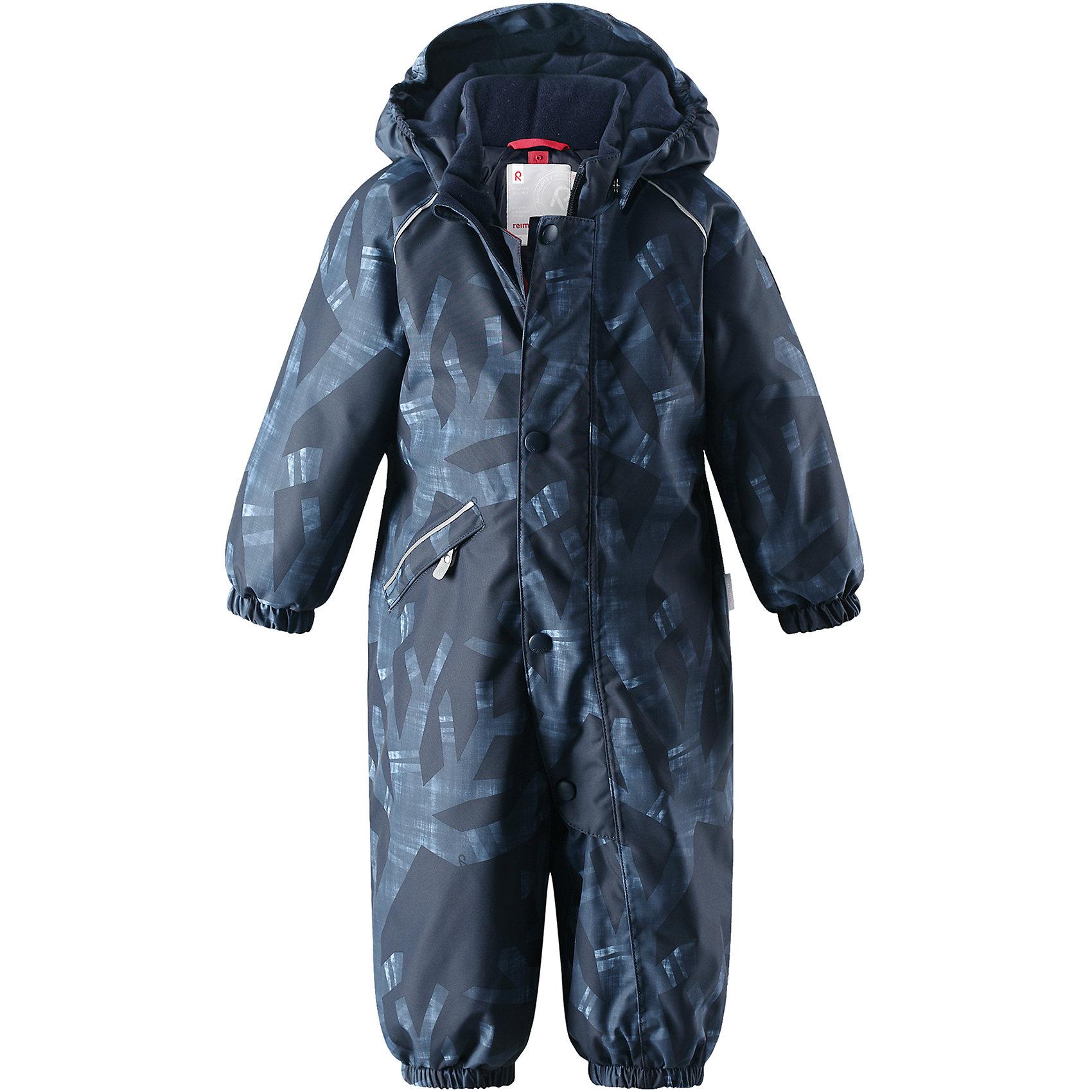 Комбинезон Reima Reimatec® Suo для мальчикаВерхняя одежда<br>Характеристики товара:<br><br>• цвет: синий<br>• состав: 100% полиэстер<br>• утеплитель: 100% полиэстер, 160 г/м2 (soft loft insulation)<br>• сезон: зима<br>• температурный режим: от 0 до -20С<br>• водонепроницаемость: 15000 мм<br>• воздухопроницаемость: 7000 мм<br>• износостойкость: 40000 циклов (тест Мартиндейла)<br>• особенности модели: с рисунком<br>• основные швы проклеены и не пропускают влагу<br>• водо- и ветронепроницаемый, дышащий и грязеотталкивающий материал<br>• утепленная задняя часть изделия<br>• гладкая подкладка из полиэстера<br>• безопасный, съемный, регулируемый капюшон<br>• защита подбородка от защемления<br>• эластичные манжеты и штанины<br>• эластичная талия<br>• съемные эластичные штрипки <br>• длинная молния для легкого надевания<br>• дополнительная планка с кнопками<br>• карман на молнии<br>• светоотражающие детали<br>• страна бренда: Финляндия<br>• страна изготовитель: Китай<br><br>Зимний комбинезон на молнии для мальчика! Основные швы комбинезона проклеены, а сам он изготовлен из водо и ветронепроницаемого, грязеотталкивающего материала. Утепленная задняя часть обеспечит дополнительное утепление во время игр в снегу.<br><br>Гладкая подкладка и длинная молния облегчают надевание. Маленький карман на молнии надежно сохранит все сокровища. Обратите внимание: комбинезон можно сушить в сушильной машине. Зимний комбинезон с капюшоном для мальчика декорирован абстрактным рисунком.<br><br>Комбинезон Suo для мальчика Reimatec® Reima от финского бренда Reima (Рейма) можно купить в нашем интернет-магазине.<br><br>Ширина мм: 356<br>Глубина мм: 10<br>Высота мм: 245<br>Вес г: 519<br>Цвет: синий<br>Возраст от месяцев: 24<br>Возраст до месяцев: 36<br>Пол: Мужской<br>Возраст: Детский<br>Размер: 98,74,80,86,92<br>SKU: 6908128