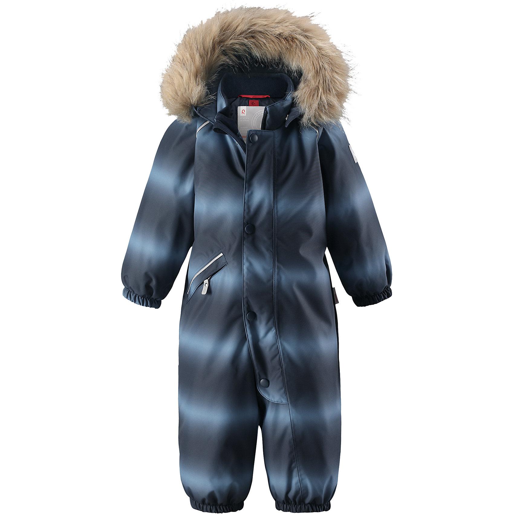 Комбинезон Reima Reimatec® Lappi для мальчикаОдежда<br>Характеристики товара:<br><br>• цвет: синий<br>• состав: 100% полиэстер<br>• утеплитель: 100% полиэстер, 160 г/м2 (soft loft insulation)<br>• сезон: зима<br>• температурный режим: от 0 до -20С<br>• водонепроницаемость: 15000 мм<br>• воздухопроницаемость: 7000 мм<br>• износостойкость: 40000 циклов (тест Мартиндейла)<br>• особенности модели: в полоску, с мехом<br>• основные швы проклеены и не пропускают влагу<br>• водо- и ветронепроницаемый, дышащий и грязеотталкивающий материал<br>• утепленная задняя часть изделия<br>• гладкая подкладка из полиэстера<br>• безопасный, съемный, регулируемый капюшон<br>• съемный искусственный мех на капюшоне<br>• защита подбородка от защемления<br>• эластичные манжеты и штанины<br>• эластичная талия<br>• съемные эластичные штрипки <br>• длинная молния для легкого надевания<br>• дополнительная планка с кнопками<br>• карман на молнии<br>• светоотражающие детали<br>• страна бренда: Финляндия<br>• страна изготовитель: Китай<br><br>Зимний комбинезон на молнии для мальчика! Основные швы комбинезона проклеены, а сам он изготовлен из водо и ветронепроницаемого, грязеотталкивающего материала. Утепленная задняя часть обеспечит дополнительное утепление во время игр в снегу.<br><br>Гладкая подкладка и длинная молния облегчают надевание. Маленький карман на молнии надежно сохранит все сокровища. Обратите внимание: комбинезон можно сушить в сушильной машине. Зимний комбинезон с капюшоном для мальчика в сине-голубую полоску.<br><br>Комбинезон Lappi для мальчика Reimatec® Reima от финского бренда Reima (Рейма) можно купить в нашем интернет-магазине.<br><br>Ширина мм: 356<br>Глубина мм: 10<br>Высота мм: 245<br>Вес г: 519<br>Цвет: синий<br>Возраст от месяцев: 6<br>Возраст до месяцев: 9<br>Пол: Мужской<br>Возраст: Детский<br>Размер: 74,98,80,86,92<br>SKU: 6908140