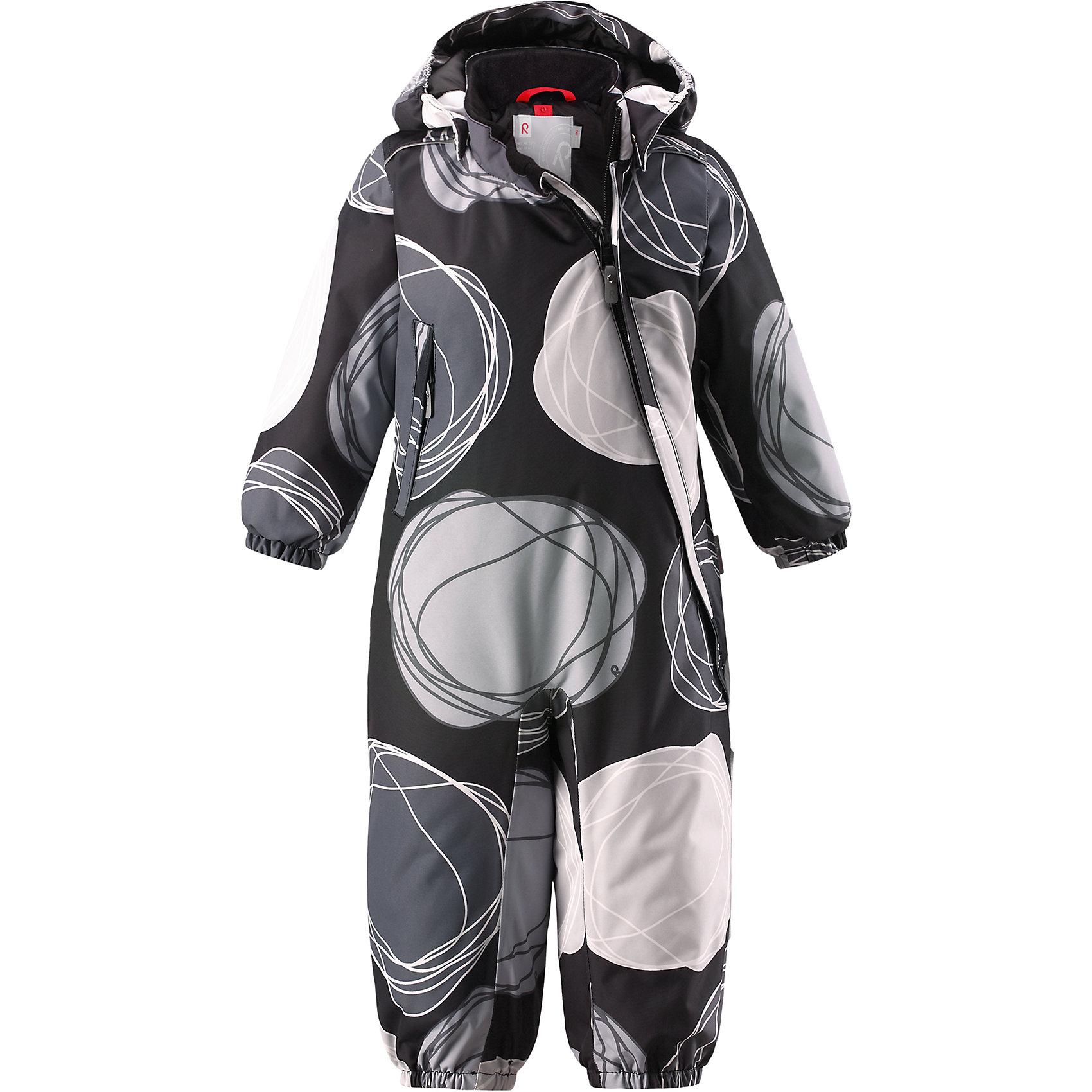 Комбинезон Reima Reimatec® LoskaВерхняя одежда<br>Характеристики товара:<br><br>• цвет: серый <br>• состав: 100% полиэстер<br>• утеплитель: 100% полиэстер, 160 г/м2 (soft loft insulation)<br>• сезон: зима<br>• температурный режим: от 0 до -20С<br>• водонепроницаемость: 15000 мм<br>• воздухопроницаемость: 7000 мм<br>• износостойкость: 40000 циклов (тест Мартиндейла)<br>• особенности модели: с рисунком<br>• основные швы проклеены и не пропускают влагу<br>• водо- и ветронепроницаемый, дышащий и грязеотталкивающий материал<br>• утепленная задняя часть изделия<br>• гладкая подкладка из полиэстера<br>• безопасный, съемный, регулируемый капюшон<br>• внутренняя регулировка талии<br>• защита подбородка от защемления<br>• эластичные манжеты и штанины<br>• эластичная талия<br>• съемные эластичные штрипки <br>• длинная молния для легкого надевания<br>• дополнительная планка с кнопками<br>• карман на молнии<br>• светоотражающие детали<br>• страна бренда: Финляндия<br>• страна изготовитель: Китай<br><br>Зимний комбинезон на молнии для малыша! Основные швы комбинезона проклеены, а сам он изготовлен из водо и ветронепроницаемого, грязеотталкивающего материала. Утепленная задняя часть обеспечит дополнительное утепление во время игр в снегу.<br><br>Гладкая подкладка и длинная молния облегчают надевание. Маленький карман на молнии надежно сохранит все сокровища. Обратите внимание: комбинезон можно сушить в сушильной машине. Зимний комбинезон с капюшоном для малыша декорирован рисунком в виде больших цветных кругов.<br><br>Комбинезон Loska Reimatec® Reima от финского бренда Reima (Рейма) можно купить в нашем интернет-магазине.<br><br>Ширина мм: 356<br>Глубина мм: 10<br>Высота мм: 245<br>Вес г: 519<br>Цвет: серый<br>Возраст от месяцев: 24<br>Возраст до месяцев: 36<br>Пол: Унисекс<br>Возраст: Детский<br>Размер: 98,74,80,86,92<br>SKU: 6908158