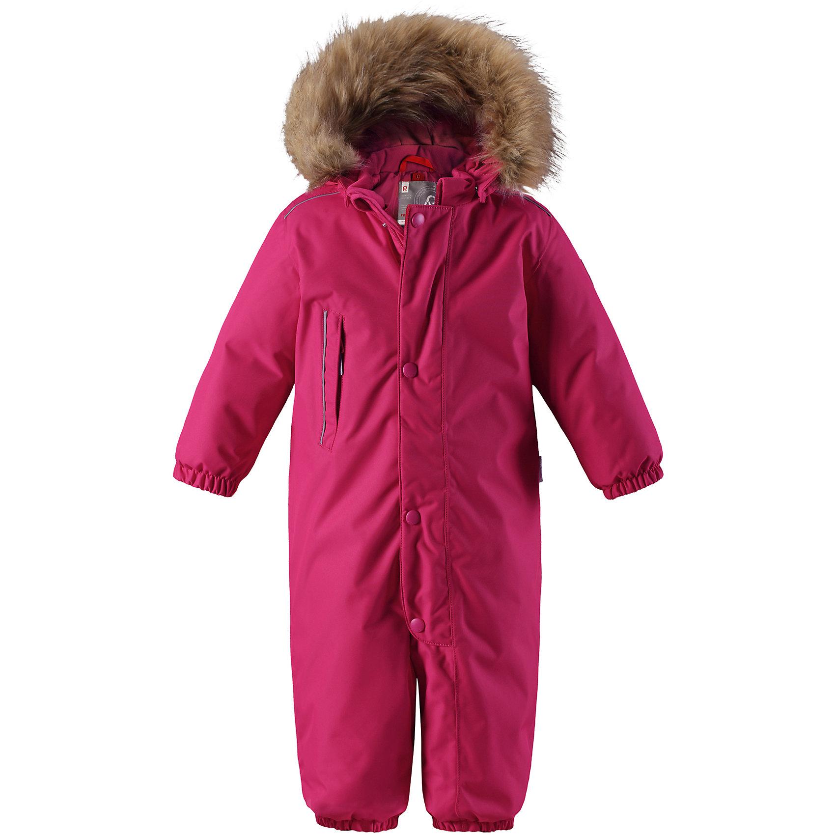 Комбинезон Reima Reimatec® GotlandВерхняя одежда<br>Характеристики товара:<br><br>• цвет: розовый <br>• состав: 100% полиэстер<br>• утеплитель: 100% полиэстер, 160 г/м2 (soft loft insulation)<br>• сезон: зима<br>• температурный режим: от 0 до -20С<br>• водонепроницаемость: 15000 мм<br>• воздухопроницаемость: 7000 мм<br>• износостойкость: 40000 циклов (тест Мартиндейла)<br>• особенности модели: однотонный, с мехом<br>• основные швы проклеены и не пропускают влагу<br>• водо- и ветронепроницаемый, дышащий и грязеотталкивающий материал<br>• утепленная задняя часть изделия<br>• гладкая подкладка из полиэстера<br>• безопасный, съемный капюшон на кнопках<br>• съемный искусственный мех на капюшоне<br>• защита подбородка от защемления<br>• эластичные манжеты и штанины<br>• эластичная талия<br>• съемные эластичные штрипки <br>• длинная молния для легкого надевания<br>• дополнительная планка на кнопках<br>• карман на молнии<br>• светоотражающие детали<br>• система кнопок Play Layers®<br>• страна бренда: Финляндия<br>• страна изготовитель: Китай<br><br>Классический зимний комбинезон на молнии для малышей очень прост в уходе и идеально подходит для всех зимних забав. Этот непромокаемый зимний комбинезон изготовлен из дышащего и ветронепроницаемого, а также водо и грязеотталкивающего материала.<br><br>Все швы проклеены, водонепроницаемы, а еще комбинезон снабжен утепленной вставкой на задней части, благодаря которой ребенку будет тепло и сухо во время зимних приключений. Благодаря гладкой подкладке из полиэстера, зимний комбинезон с капюшоном очень легко надевать и удобно носить с теплой одеждой промежуточного слоя. <br><br>Обратите внимание, что с помощью удобной системы кнопок Play Layers® к комбинезону можно присоединять разнообразную одежду промежуточного слоя Reima®. Съемный регулируемый капюшон обеспечивает дополнительную безопасность во время игр на свежем воздухе. <br><br>Кнопки легко отстегиваются, если капюшон случайно за что-нибудь зацепится. Прочные силиконовые штрипк