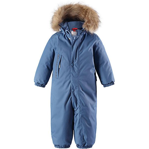 Комбинезон Reima Reimatec® Gotland для мальчикаВерхняя одежда<br>Характеристики товара:<br><br>• цвет: голубой <br>• состав: 100% полиэстер<br>• утеплитель: 100% полиэстер, 160 г/м2 (soft loft insulation)<br>• сезон: зима<br>• температурный режим: от 0 до -20С<br>• водонепроницаемость: 15000 мм<br>• воздухопроницаемость: 7000 мм<br>• износостойкость: 40000 циклов (тест Мартиндейла)<br>• особенности модели: однотонный, с мехом<br>• основные швы проклеены и не пропускают влагу<br>• водо- и ветронепроницаемый, дышащий и грязеотталкивающий материал<br>• утепленная задняя часть изделия<br>• гладкая подкладка из полиэстера<br>• безопасный, съемный капюшон на кнопках<br>• съемный искусственный мех на капюшоне<br>• защита подбородка от защемления<br>• эластичные манжеты и штанины<br>• эластичная талия<br>• съемные эластичные штрипки <br>• длинная молния для легкого надевания<br>• дополнительная планка на кнопках<br>• карман на молнии<br>• светоотражающие детали<br>• система кнопок Play Layers®<br>• страна бренда: Финляндия<br>• страна изготовитель: Китай<br><br>Классический зимний комбинезон на молнии для малышей очень прост в уходе и идеально подходит для всех зимних забав. Этот непромокаемый зимний комбинезон изготовлен из дышащего и ветронепроницаемого, а также водо и грязеотталкивающего материала.<br><br>Все швы проклеены, водонепроницаемы, а еще комбинезон снабжен утепленной вставкой на задней части, благодаря которой ребенку будет тепло и сухо во время зимних приключений. Благодаря гладкой подкладке из полиэстера, зимний комбинезон с капюшоном очень легко надевать и удобно носить с теплой одеждой промежуточного слоя. <br><br>Обратите внимание, что с помощью удобной системы кнопок Play Layers® к комбинезону можно присоединять разнообразную одежду промежуточного слоя Reima®. Съемный регулируемый капюшон обеспечивает дополнительную безопасность во время игр на свежем воздухе. <br><br>Кнопки легко отстегиваются, если капюшон случайно за что-нибудь зацепится. Прочные силик