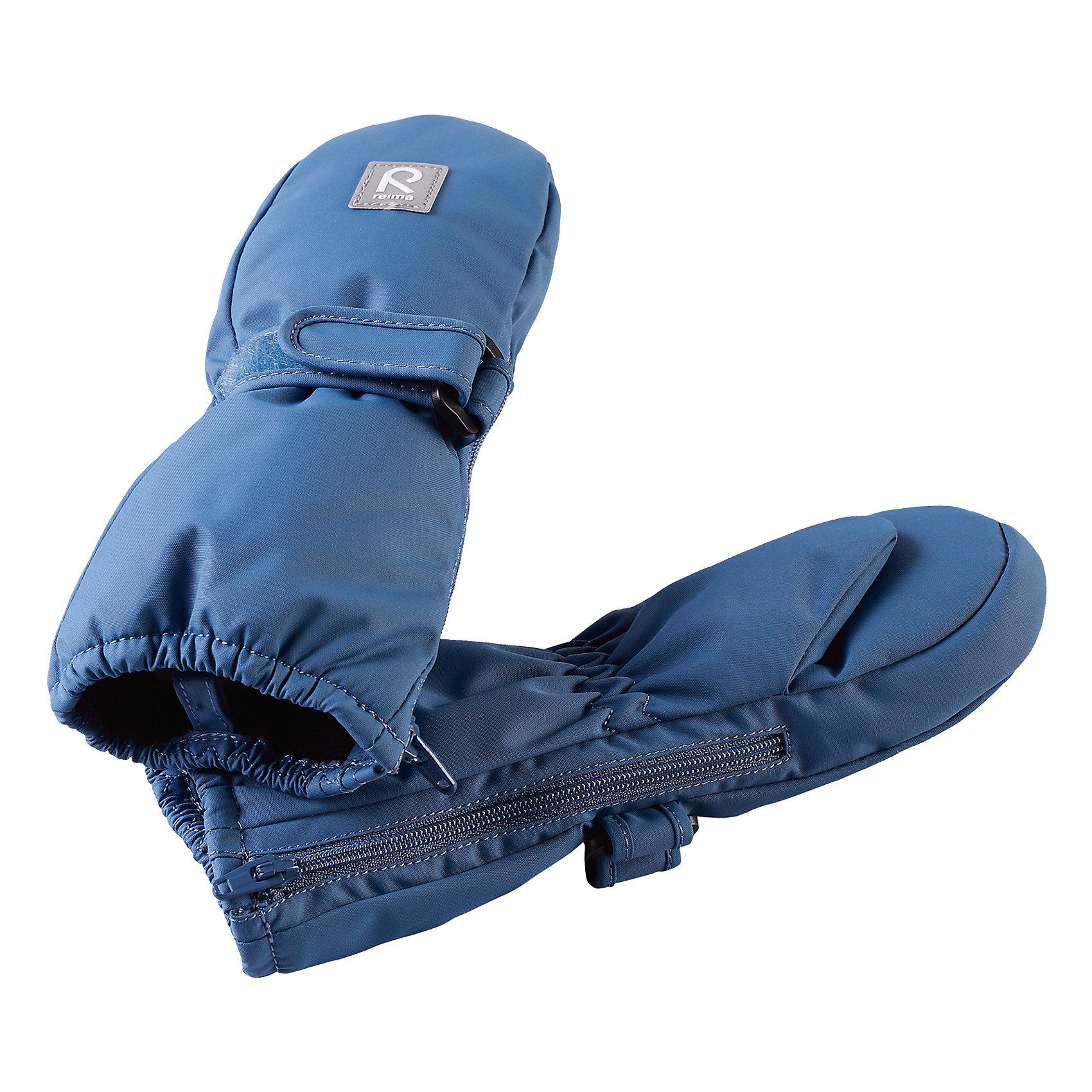 Варежки Reima TassuПерчатки, варежки<br>Характеристики товара:<br><br>• цвет: голубой;<br>• состав: 100% полиэстер;<br>• утеплитель: 170 г/м2 (comfort insulation);<br>• температурный режим: от -10 до -20С;<br>• сезон: зима; <br>• водонепроницаемость: 15000 мм;<br>• воздухопроницаемость: 7000 мм;<br>• износостойкость: 40000 (тест Мартиндейла);<br>• особенности модели: на молнии, на липучке;<br>• застежка: молния и липучка-утяжка;<br>• водонепроницаемый прочный материал;<br>• ветронепроницаемый и грязеотталкивающий материал;<br>• подкладка из полиэстера с небольшим начесом;<br>• обратите внимание, что из-за молнии изделие не является полностью водонепроницаемым;<br>• логотип Reima;<br>• страна бренда: Финляндия;<br>• страна изготовитель: Китай.<br><br>Зимние варежки на молнии отлично подойдут для сухой морозной зимней поры. Благодаря молнии, эти варежки легко надеть на ручки, а мягкая трикотажная подкладка из полиэстера очень приятна на ощупь. Варежки имеют липучку, с помощью которой можно регулировать обхват. Варежки очень просты в уходе – их можно сушить в сушильной машине, так что сразу после стирки они будут снова готовы к веселым снежным приключениям.<br><br>Варежки Tassu Reima от финского бренда Reima (Рейма) можно купить в нашем интернет-магазине.<br><br>Ширина мм: 162<br>Глубина мм: 171<br>Высота мм: 55<br>Вес г: 119<br>Цвет: синий<br>Возраст от месяцев: 0<br>Возраст до месяцев: 12<br>Пол: Унисекс<br>Возраст: Детский<br>Размер: 0,2,1<br>SKU: 6908702