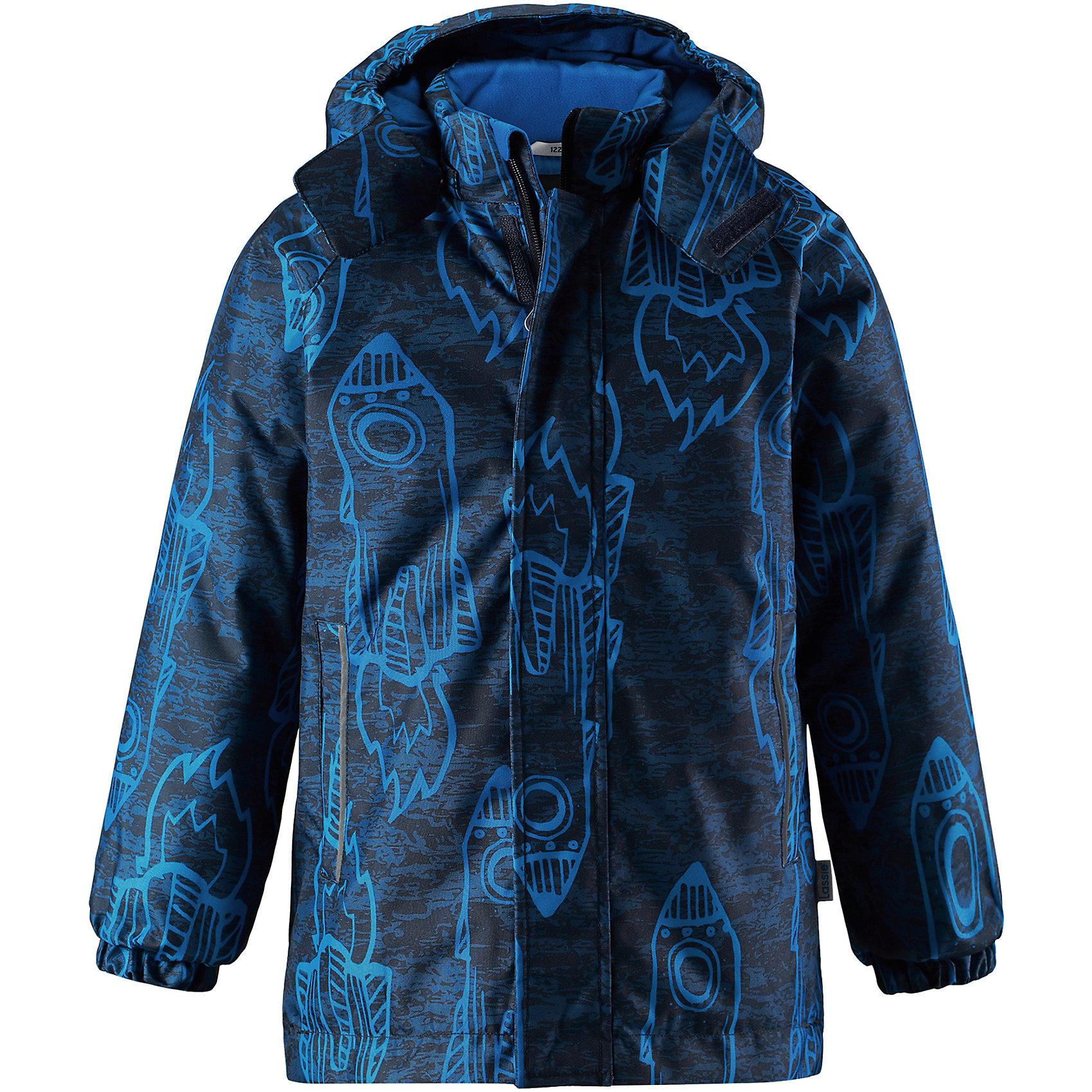 Куртка Lassie для мальчикаОдежда<br>Детская зимняя куртка с ярким рисунком очень стильно выглядит. Куртка изготовлена из ветронепроницаемого, дышащего материала с верхним водо- и грязеотталкивающим слоем, поэтому вашему ребенку будет тепло и удобно во время веселых игр. Съемный капюшон и светоотражающие элементы на обоих рукавах обеспечивают дополнительную безопасность во время прогулок на свежем воздухе. Регулируемый подол позволяет откорректировать куртку идеально по фигуре и не пропускает холодный воздух. Храните все маленькие сокровища в прорезных карманах – они будут в целости и сохранности!<br>Состав:<br>100% Полиэстер<br><br>Ширина мм: 356<br>Глубина мм: 10<br>Высота мм: 245<br>Вес г: 519<br>Цвет: синий<br>Возраст от месяцев: 18<br>Возраст до месяцев: 24<br>Пол: Мужской<br>Возраст: Детский<br>Размер: 92,140,134,128,122,116,110,104,98<br>SKU: 6927511