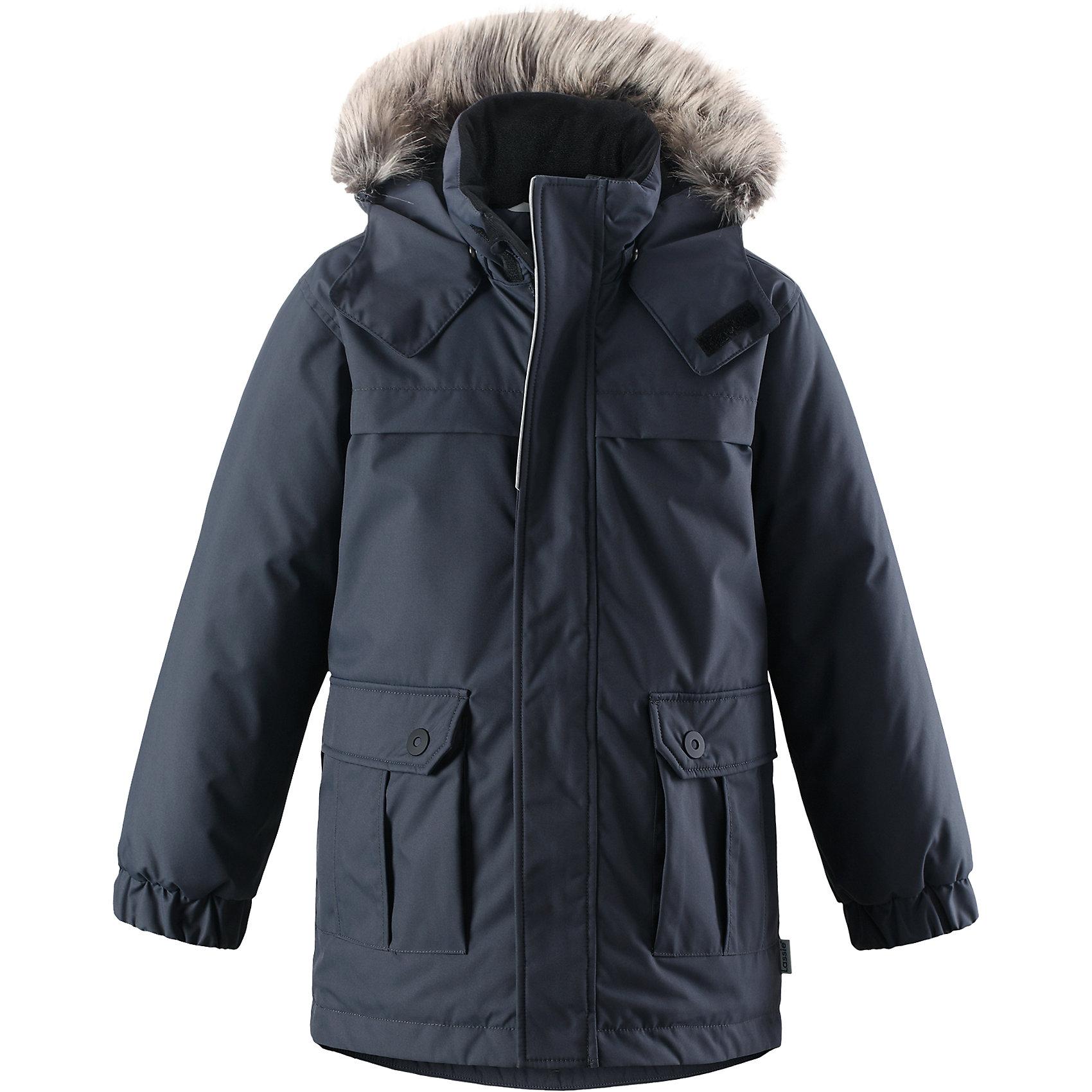 Куртка Lassie для мальчикаОдежда<br>Эта повседневная, но очень стильная детская зимняя парка идеальна для снежных и морозных зимних дней! Удлиненная задняя часть обеспечивает дополнительное утепление, а отделка из искусственного меха защищает нежную детскую кожу от морозного ветра. Съемный капюшон безопасен во время игр на свежем воздухе. Большие карманы с клапанами сохранят ключи от дома и другие важные мелочи.<br>Состав:<br>100% Полиэстер<br><br>Ширина мм: 356<br>Глубина мм: 10<br>Высота мм: 245<br>Вес г: 519<br>Цвет: серый<br>Возраст от месяцев: 96<br>Возраст до месяцев: 108<br>Пол: Мужской<br>Возраст: Детский<br>Размер: 134,140,92,98,104,110,116,122,128<br>SKU: 6927571