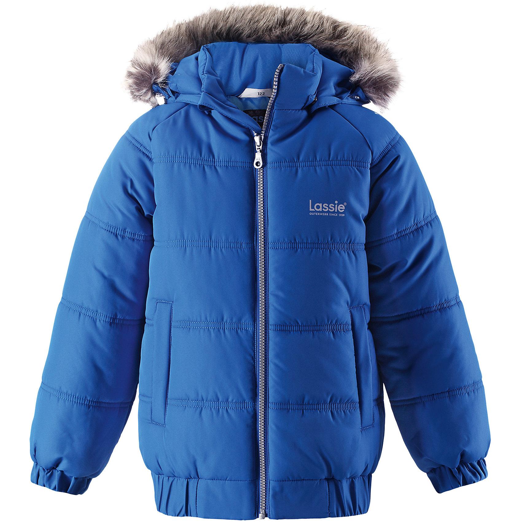 Куртка Lassie для мальчикаОдежда<br>Характеристики товара:<br><br>• цвет: синий;<br>• состав: 100% полиэстер, полиуретановое покрытие;<br>• подкладка: 100% полиэстер;<br>• утеплитель: 200 г/м2;<br>• сезон: зима;<br>• температурный режим: от 0 до -25С;<br>• водонепроницаемость: 1000 мм;<br>• воздухопроницаемость: 1000 мм;<br>• износостойкость: 20000 циклов (тест Мартиндейла);<br>• особенности: с мехом;<br>• застежка: молния с дополнительной защитной планкой и защитой подбородка;<br>• водоотталкивающий, ветронепроницаемый и дышащий материал;<br>• гладкая подкладка из полиэстера;<br>• безопасный съемный капюшон; <br>• съемный искусственный мех на капюшоне;<br>• эластичные манжеты рукавов; <br>• эластичная кромка подола;<br>• два прорезных кармана;<br>• светоотражающие детали;<br>• страна бренда: Финляндия;<br>• страна изготовитель: Китай;<br><br>Классная куртка на зимние холода! Эта зимняя куртка сшита из водоотталкивающего, ветронепроницаемого и дышащего материала. Она снабжена безопасным съемным капюшоном, а съемная оторочка из искусственного меха оживляет образ.<br><br>Куртку Lassie (Ласси) для мальчика можно купить в нашем интернет-магазине.<br><br>Ширина мм: 356<br>Глубина мм: 10<br>Высота мм: 245<br>Вес г: 519<br>Цвет: синий<br>Возраст от месяцев: 108<br>Возраст до месяцев: 120<br>Пол: Мужской<br>Возраст: Детский<br>Размер: 140,92,98,104,110,116,122,128,134<br>SKU: 6927651