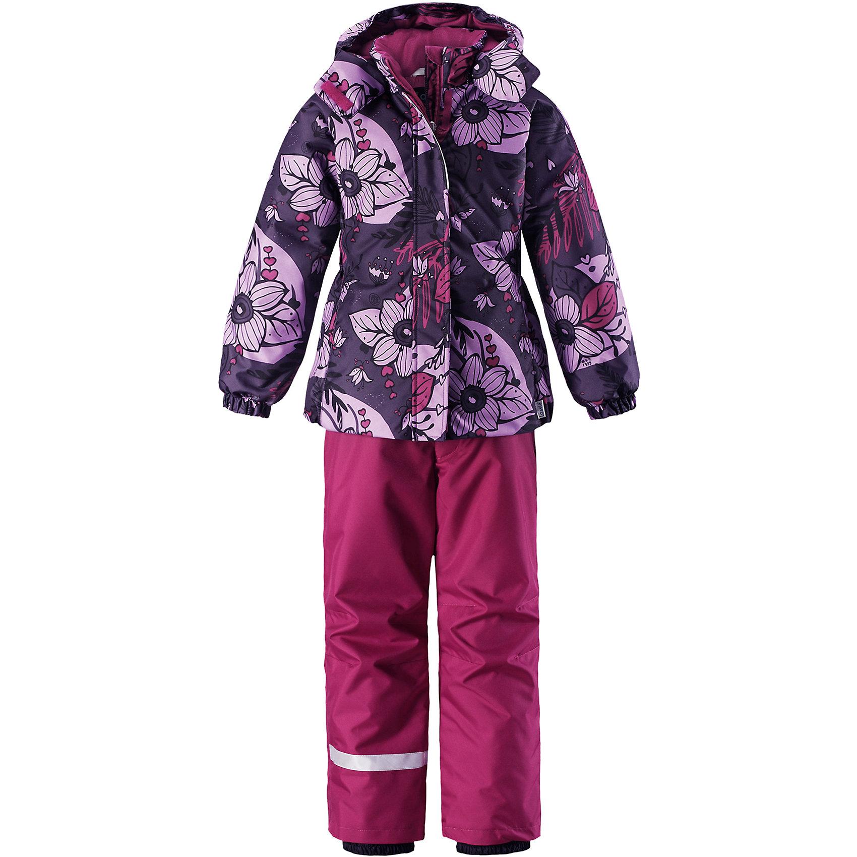 Комплект Lassie для девочкиОдежда<br>Характеристики товара:<br><br>• цвет: фиолетовый;<br>• состав: 100% полиэстер, полиуретановое покрытие;<br>• подкладка: 100% полиэстер;<br>• утеплитель: куртка 180 г/м2, брюки 100 г/м2;<br>• сезон: зима;<br>• температурный режим: от 0 до -20С;<br>• водонепроницаемость: 1000 мм;<br>• воздухопроницаемость: 1000 мм;<br>• износостойкость: 50000 циклов (тест Мартиндейла);<br>• застежка: куртка на молнии, брюки молнии и пуговице;<br>• водоотталкивающий, ветронепроницаемый и дышащий материал;<br>• гладкая подкладка из полиэстера; <br>• безопасный съемный капюшон;<br>• эластичные манжеты; <br>• снегозащитные манжеты на штанинах;<br>• эластичная талия и кромка подола;<br>• регулируемые и отстегивающиеся эластичные подтяжки;<br>• карманы в боковых швах;<br>• светоотражающие детали;<br>• страна бренда: Финляндия;<br>• страна изготовитель: Китай;<br><br>Зимний комплект для девочки. Брюки изготовлены из сверхпрочного материала и снабжены защитой от снега. Съемные регулируемые подтяжки позволяют откорректировать брюки идеально по размеру, а задний средний шов проклеен для обеспечения водонепроницаемости. <br><br>Куртка украшена цветочным рисунком и снабжена безопасным и практичным съемным капюшоном, а карманы на липучке сохранят все нужные мелочи! И куртка, и брюки изготовлены из ветронепроницаемого и дышащего материала с водо- и грязеотталкивающей поверхностью.<br><br>Комплект Lassie (Ласси) для девочки можно купить в нашем интернет-магазине.<br><br>Ширина мм: 356<br>Глубина мм: 10<br>Высота мм: 245<br>Вес г: 519<br>Цвет: лиловый<br>Возраст от месяцев: 84<br>Возраст до месяцев: 96<br>Пол: Женский<br>Возраст: Детский<br>Размер: 128,134,140,92,98,104,110,116,122<br>SKU: 6927861
