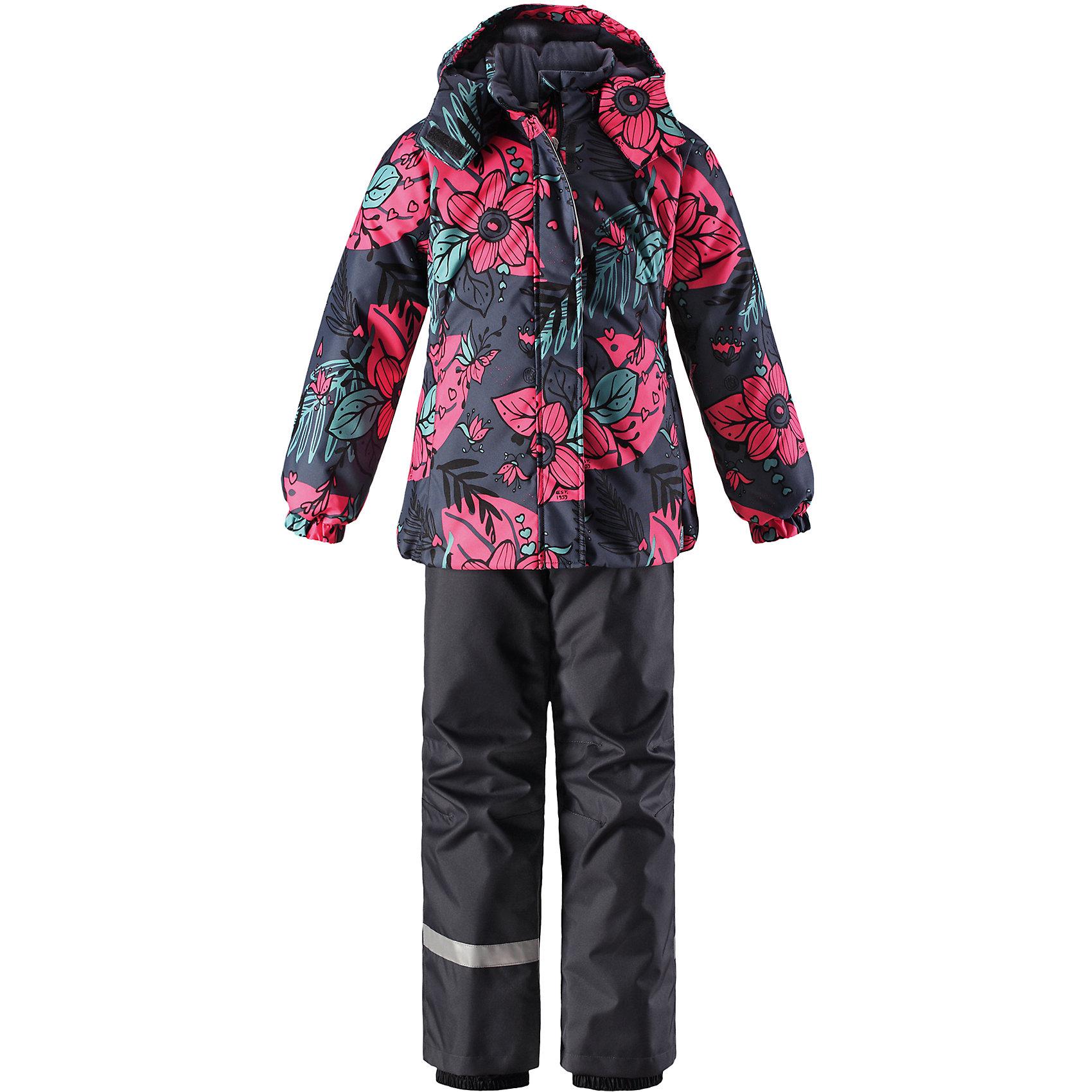 Комплект Lassie для девочкиОдежда<br>Характеристики товара:<br><br>• цвет: синий;<br>• состав: 100% полиэстер, полиуретановое покрытие;<br>• подкладка: 100% полиэстер;<br>• утеплитель: куртка 180 г/м2, брюки 100 г/м2;<br>• сезон: зима;<br>• температурный режим: от 0 до -20С;<br>• водонепроницаемость: 1000 мм;<br>• воздухопроницаемость: 1000 мм;<br>• износостойкость: 50000 циклов (тест Мартиндейла);<br>• застежка: куртка на молнии, брюки молнии и пуговице;<br>• водоотталкивающий, ветронепроницаемый и дышащий материал;<br>• гладкая подкладка из полиэстера; <br>• безопасный съемный капюшон;<br>• эластичные манжеты; <br>• снегозащитные манжеты на штанинах;<br>• эластичная талия и кромка подола;<br>• регулируемые и отстегивающиеся эластичные подтяжки;<br>• карманы в боковых швах;<br>• светоотражающие детали;<br>• страна бренда: Финляндия;<br>• страна изготовитель: Китай;<br><br>Зимний комплект для девочки. Брюки изготовлены из сверхпрочного материала и снабжены защитой от снега. Съемные регулируемые подтяжки позволяют откорректировать брюки идеально по размеру, а задний средний шов проклеен для обеспечения водонепроницаемости. <br><br>Куртка украшена цветочным рисунком и снабжена безопасным и практичным съемным капюшоном, а карманы на липучке сохранят все нужные мелочи! И куртка, и брюки изготовлены из ветронепроницаемого и дышащего материала с водо- и грязеотталкивающей поверхностью.<br><br>Комплект Lassie (Ласси) для девочки можно купить в нашем интернет-магазине.<br><br>Ширина мм: 356<br>Глубина мм: 10<br>Высота мм: 245<br>Вес г: 519<br>Цвет: серый<br>Возраст от месяцев: 108<br>Возраст до месяцев: 120<br>Пол: Женский<br>Возраст: Детский<br>Размер: 140,92,98,104,110,116,122,128,134<br>SKU: 6927871