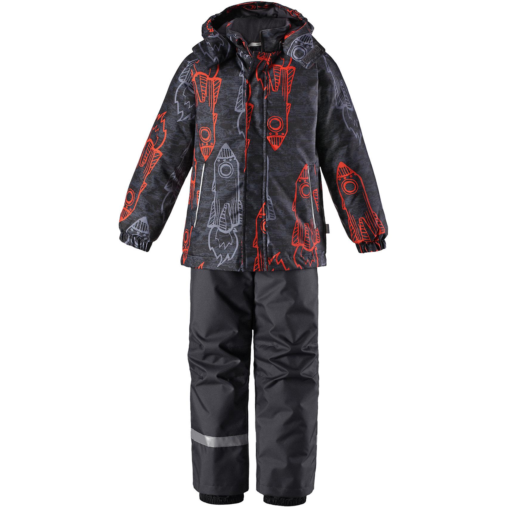 Комплект Lassie для мальчикаОдежда<br>Характеристики товара:<br><br>• цвет: серый/оранжевый;<br>• состав: 100% полиэстер, полиуретановое покрытие;<br>• подкладка: 100% полиэстер;<br>• утеплитель: куртка 180 г/м2, брюки 100 г/м2;<br>• сезон: зима;<br>• температурный режим: от 0 до -20С;<br>• водонепроницаемость: 1000 мм;<br>• воздухопроницаемость: 1000 мм;<br>• износостойкость: 50000 циклов (тест Мартиндейла);<br>• застежка: куртка на молнии, брюки молнии и пуговице;<br>• водоотталкивающий, ветронепроницаемый и дышащий материал;<br>• гладкая подкладка из полиэстера; <br>• безопасный съемный капюшон;<br>• эластичные манжеты; <br>• снегозащитные манжеты на штанинах;<br>• эластичная талия;<br>• регулируемый подол;<br>• регулируемые и отстегивающиеся эластичные подтяжки;<br>• два кармана на молнии;<br>• светоотражающие детали;<br>• страна бренда: Финляндия;<br>• страна изготовитель: Китай;<br><br>Этот очень теплый детский зимний комплект имеет множество продуманных  функциональных деталей. Куртка снабжена безопасным съемным капюшоном, который защищает щечки от морозного ветра. Регулируемый подол позволяет откорректировать куртку по фигуре и обеспечивает дополнительную защиту. Защита от снега на концах брючин помогает ножкам оставаться сухими и теплыми. <br><br>Брюки изготовлены из сверхпрочного материала и идеально подходят для активных зимних игр на свежем воздухе или катания на лыжах. Удобная молния спереди облегчает надевание, а съемные регулируемые подтяжки позволяют откорректировать брюки идеально по размеру. Безопасный съемный капюшон и яркая расцветка завершают образ.<br><br>Комплект Lassie (Ласси) для мальчика можно купить в нашем интернет-магазине.<br><br>Ширина мм: 356<br>Глубина мм: 10<br>Высота мм: 245<br>Вес г: 519<br>Цвет: серый/оранжевый<br>Возраст от месяцев: 108<br>Возраст до месяцев: 120<br>Пол: Мужской<br>Возраст: Детский<br>Размер: 98,140,92,104,110,116,122,128,134<br>SKU: 6927881