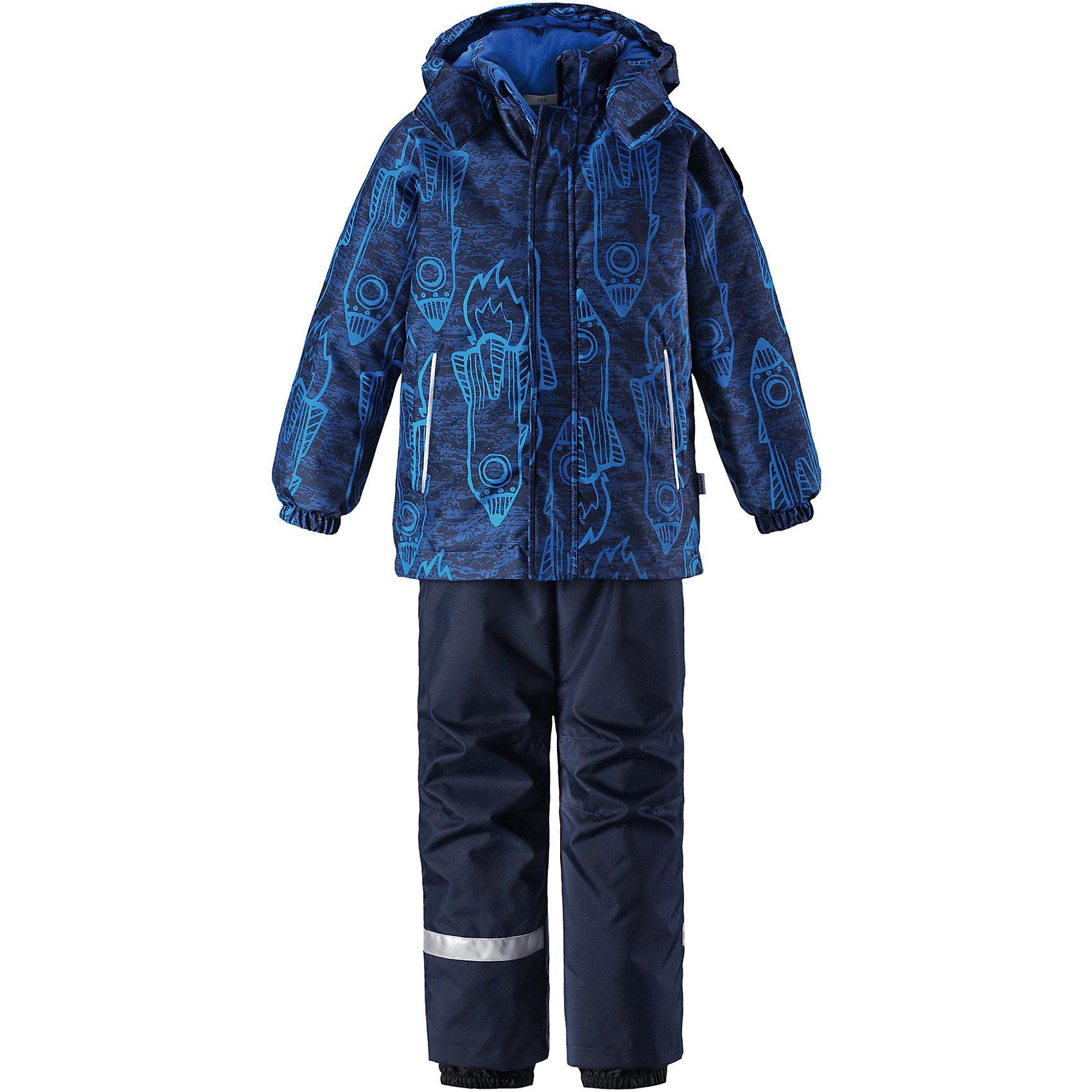 Комплект Lassie для мальчикаОдежда<br>Характеристики товара:<br><br>• цвет: синий;<br>• состав: 100% полиэстер, полиуретановое покрытие;<br>• подкладка: 100% полиэстер;<br>• утеплитель: куртка 180 г/м2, брюки 100 г/м2;<br>• сезон: зима;<br>• температурный режим: от 0 до -20С;<br>• водонепроницаемость: 1000 мм;<br>• воздухопроницаемость: 1000 мм;<br>• износостойкость: 50000 циклов (тест Мартиндейла);<br>• застежка: куртка на молнии, брюки молнии и пуговице;<br>• водоотталкивающий, ветронепроницаемый и дышащий материал;<br>• гладкая подкладка из полиэстера; <br>• безопасный съемный капюшон;<br>• эластичные манжеты; <br>• снегозащитные манжеты на штанинах;<br>• эластичная талия;<br>• регулируемый подол;<br>• регулируемые и отстегивающиеся эластичные подтяжки;<br>• два кармана на молнии;<br>• светоотражающие детали;<br>• страна бренда: Финляндия;<br>• страна изготовитель: Китай;<br><br>Этот очень теплый детский зимний комплект имеет множество продуманных  функциональных деталей. Куртка снабжена безопасным съемным капюшоном, который защищает щечки от морозного ветра. Регулируемый подол позволяет откорректировать куртку по фигуре и обеспечивает дополнительную защиту. Защита от снега на концах брючин помогает ножкам оставаться сухими и теплыми. <br><br>Брюки изготовлены из сверхпрочного материала и идеально подходят для активных зимних игр на свежем воздухе или катания на лыжах. Удобная молния спереди облегчает надевание, а съемные регулируемые подтяжки позволяют откорректировать брюки идеально по размеру. Безопасный съемный капюшон и яркая расцветка завершают образ.<br><br>Комплект Lassie (Ласси) для мальчика можно купить в нашем интернет-магазине.<br><br>Ширина мм: 356<br>Глубина мм: 10<br>Высота мм: 245<br>Вес г: 519<br>Цвет: синий<br>Возраст от месяцев: 18<br>Возраст до месяцев: 24<br>Пол: Мужской<br>Возраст: Детский<br>Размер: 92,140,134,128,122,116,110,104,98<br>SKU: 6927891