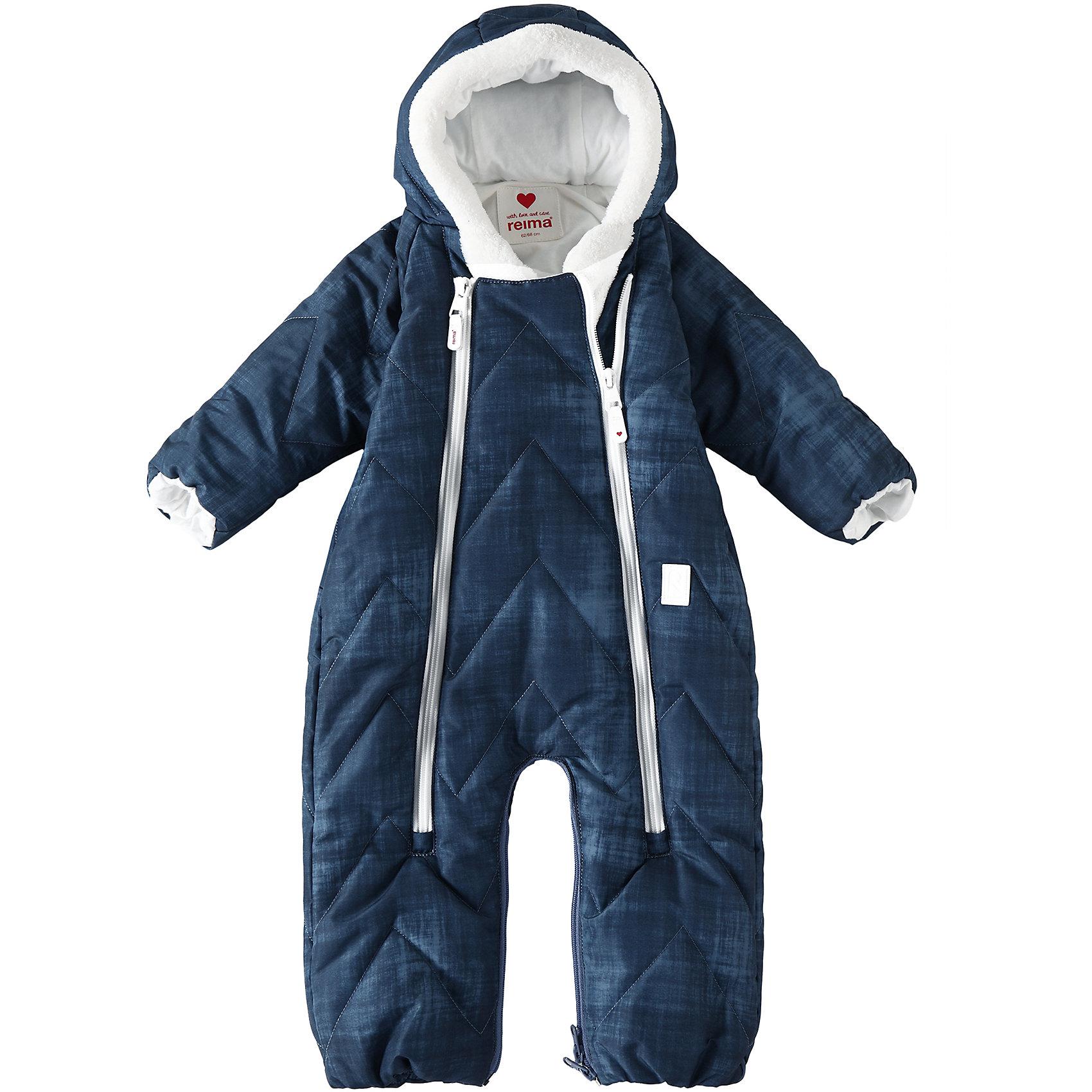 Комбинезон Nalle ReimaВерхняя одежда<br>Теплый зимний стеганый комбинезон для новорожденных с помощью застежки-молнии легко превращается в конверт. Для его изготовления использован водоотталкивающий, ветронепроницаемый и дышащий материал, и наполовину произведенный из переработанного полиэстера. Этот комбинезон создан с заботой о малышах и их комфорте: мы немного опустили застежку-молнию – теперь подбородок защищен мягким и теплым материалом, и малыш не поцарапается о молнию. Обратите внимание на стильный джинсовый дизайн!<br>Состав:<br>100% Полиэстер<br><br>Ширина мм: 356<br>Глубина мм: 10<br>Высота мм: 245<br>Вес г: 519<br>Цвет: синий<br>Возраст от месяцев: 6<br>Возраст до месяцев: 9<br>Пол: Унисекс<br>Возраст: Детский<br>Размер: 74/80,50/56,62/68<br>SKU: 6968349
