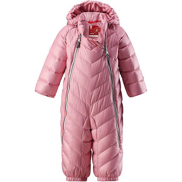 Комбинезон Reima Unetus для девочкиОдежда<br>Характеристики товара:<br><br>• цвет: розовый;<br>• состав: 100% полиэстер;<br>• подкладка: 100% полиэстер;<br>• утеплитель: 60% пух, 40% перо (60 г/м2);<br>• сезон: зима;<br>• температурный режим: от +10 до -5С;<br>• водо- и ветронепроницаемый, дышащий и грязеотталкивающий материал;<br>• застежка: две молнии;<br>• гладкая подкладка из полиэстера;<br>• эластичная талия и манжеты;<br>• съемные эластичные штрипки во всех размерах;<br>• светоотражающие детали;<br>• страна бренда: Финляндия;<br>• страна изготовитель: Китай.<br><br>Однотонная модель на легком пуху для поздней осени и первых зимних дней! Этот пуховый комбинезон для малышей просто идеален и для прогулок по городу, и для уютных поездок в коляске. Он украшен красивой строчкой, а благодаря двум молниям во всю длину его легко надевать. Комбинезон изготовлен из ветронепроницаемого, дышащего материала с верхним водо и грязеотталкивающим слоем – он не пропустит ветер, и малышу в нем будет очень комфортно. Съемный капюшон защищает голову от холодного осеннего ветра.<br><br>Комбинезон Reima Unetus от финского бренда Reima (Рейма) можно купить в нашем интернет-магазине.<br>Ширина мм: 356; Глубина мм: 10; Высота мм: 245; Вес г: 519; Цвет: розовый; Возраст от месяцев: 15; Возраст до месяцев: 18; Пол: Женский; Возраст: Детский; Размер: 86/92,62/68,74/80; SKU: 6968369;