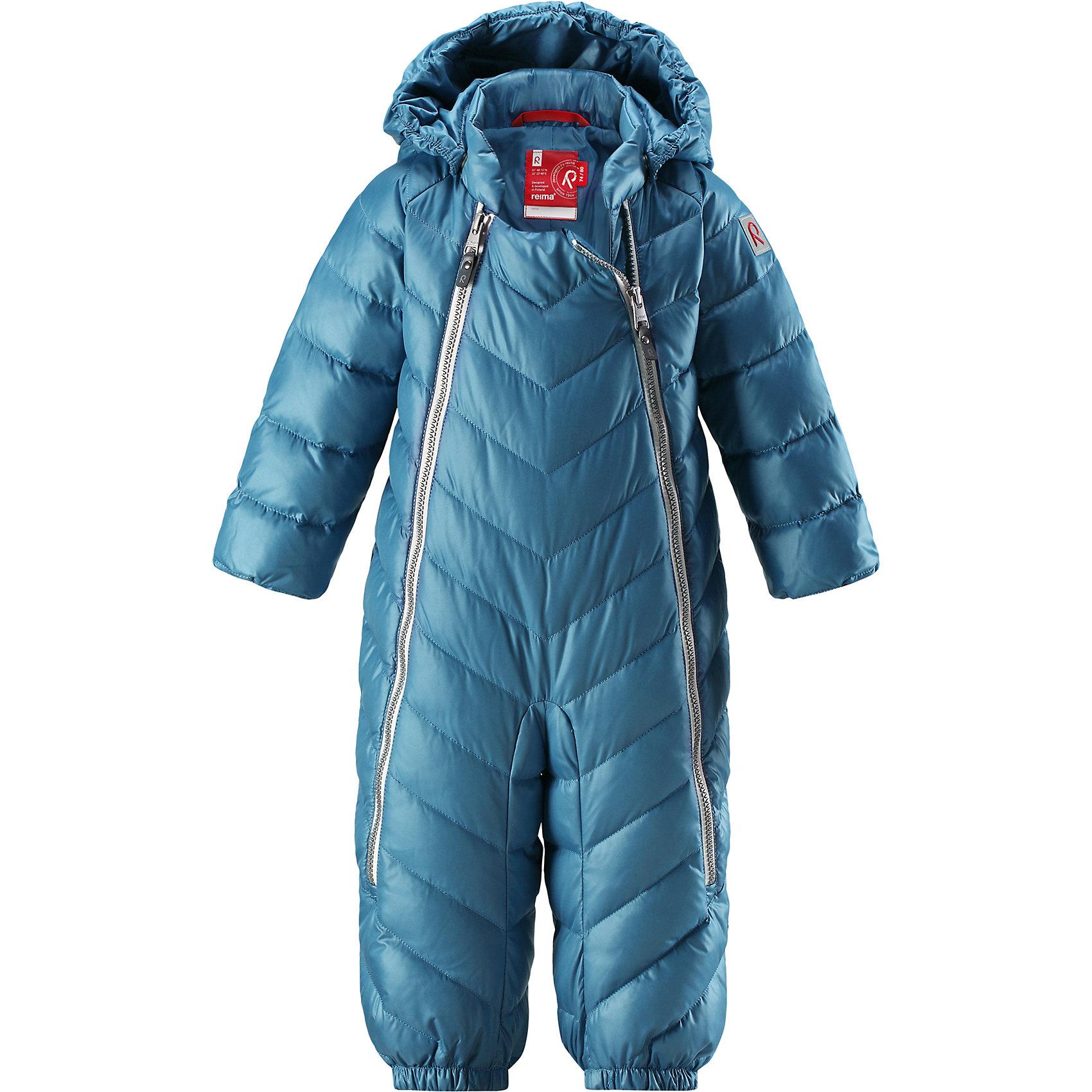 Комбинезон Reima UnetusВерхняя одежда<br>Характеристики товара:<br><br>• цвет: синий;<br>• состав: 100% полиэстер;<br>• подкладка: 100% полиэстер;<br>• утеплитель: 60% пух, 40% перо (60 г/м2);<br>• сезон: зима;<br>• температурный режим: от +10 до -5С;<br>• водо- и ветронепроницаемый, дышащий и грязеотталкивающий материал;<br>• застежка: две молнии;<br>• гладкая подкладка из полиэстера;<br>• эластичная талия и манжеты;<br>• съемные эластичные штрипки во всех размерах;<br>• светоотражающие детали;<br>• страна бренда: Финляндия;<br>• страна изготовитель: Китай.<br><br>Однотонная модель на легком пуху для поздней осени и первых зимних дней! Этот пуховый комбинезон для малышей просто идеален и для прогулок по городу, и для уютных поездок в коляске. Он украшен красивой строчкой, а благодаря двум молниям во всю длину его легко надевать. Комбинезон изготовлен из ветронепроницаемого, дышащего материала с верхним водо и грязеотталкивающим слоем – он не пропустит ветер, и малышу в нем будет очень комфортно. Съемный капюшон защищает голову от холодного осеннего ветра.<br><br>Комбинезон Reima Unetus от финского бренда Reima (Рейма) можно купить в нашем интернет-магазине.<br><br>Ширина мм: 356<br>Глубина мм: 10<br>Высота мм: 245<br>Вес г: 519<br>Цвет: синий<br>Возраст от месяцев: 15<br>Возраст до месяцев: 18<br>Пол: Унисекс<br>Возраст: Детский<br>Размер: 86/92,62/68,74/80<br>SKU: 6968373