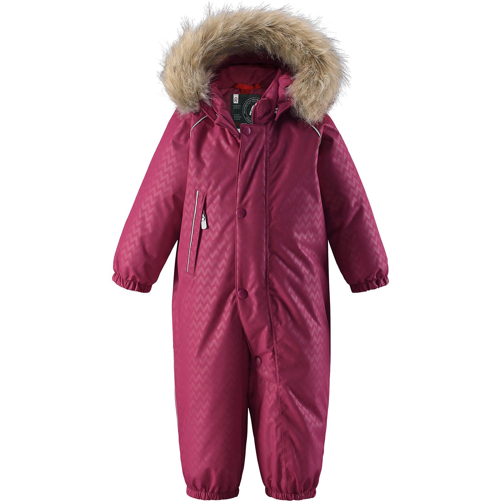 Комбинезон Reimatec®+ Reima AarenОдежда<br>Характеристики товара:<br><br>• цвет: розовый;<br>• состав: 100% полиэстер;<br>• подкладка: 100% полиэстер;<br>• утеплитель: 60% пух, 40% перо;<br>• сезон: зима;<br>• температурный режим: от 0 до -20С;<br>• водонепроницаемость: 15000 мм;<br>• воздухопроницаемость: 7000 мм;<br>• износостойкость: 40000 циклов (тест Мартиндейла);<br>• водо- и ветронепроницаемый, дышащий и грязеотталкивающий материал;<br>• все швы проклеены и водонепроницаемы;<br>• застежка: молния с защитой подбородка и дополнительной планкой на кнокпах;<br>• гладкая подкладка из полиэстера;<br>• безопасный, съемный и регулируемый капюшон;<br>• съемный искусственный мех на капюшоне;<br>• эластичные манжеты и штанины;<br>• эластичный пояс сзади;<br>• прочные съемные силиконовые штрипки;<br>• карман на молнии;<br>• светоотражающие детали;<br>• страна бренда: Финляндия;<br>• страна изготовитель: Китай.<br><br>Невероятно теплый, практичный и абсолютно непромокаемый пуховый комбинезон для малышей просто создан для активных зимних прогулок! Пуховый комбинезон Reimatec®+ с эргономичным дизайном изготовлен из ветронепроницаемого, дышащего материала с водо и грязеотталкивающей поверхностью. Все швы проклеены, водонепроницаемы, так что вашему ребенку будет сухо и тепло в любую погоду. <br><br>Благодаря утепленной задней части, детям будет комфортно резвиться в снегу, а благодаря прочным силиконовым штрипкам, концы брючин всегда будут надежно держаться поверх ботинок. Съемный регулируемый капюшон со съемной оторочкой из искусственного меха защищает от пронизывающего ветра и безопасен во время игр на свежем воздухе. Комбинезон с подкладкой из гладкого полиэстера легко надевается, и его очень удобно носить с теплым промежуточным слоем. <br><br>С помощью удобных кнопок Play Layers® к этому комбинезону можно присоединять одежду промежуточного слоя Reima®, которая подарит вашему ребенку дополнительное тепло и комфорт. Этот теплый пуховый комбинезон очень прост в уходе, кроме 