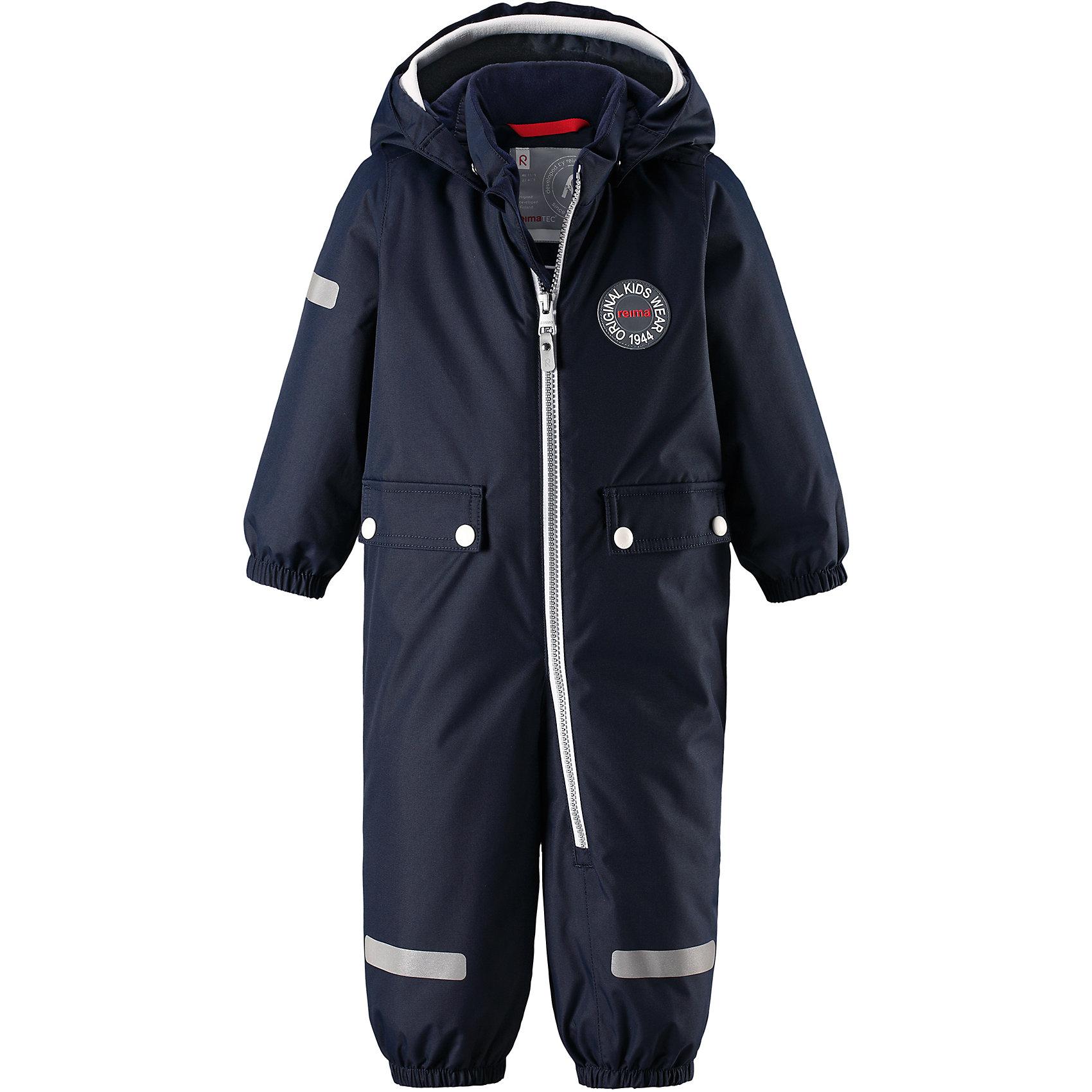 Комбинезон Reimatec® Reima MaahinenВерхняя одежда<br>Характеристики товара:<br><br>• цвет: синий;<br>• состав: 100% полиэстер;<br>• подкладка: 100% полиэстер;<br>• утеплитель: 160 г/м2;<br>• сезон: зима;<br>• температурный режим: от 0 до -20С;<br>• водонепроницаемость: 8000 мм;<br>• воздухопроницаемость: 10000 мм;<br>• износостойкость: 30000 циклов (тест Мартиндейла);<br>• водо- и ветронепроницаемый, дышащий и грязеотталкивающий материал;<br>• основные швы проклеены и водонепроницаемы;<br>• застежка: молния с защитой подбородка;<br>• гладкая подкладка из полиэстера;<br>• безопасный, съемный капюшон;<br>• мягкая резинка на кромке капюшона;<br>• эластичные манжеты;<br>• внутренняя регулировка обхвата талии;<br>• эластичные штанины;<br>• прочные, съемные силиконовые штрипки;<br>• два кармана с кнопками;<br>• светоотражающие детали;<br>• страна бренда: Финляндия;<br>• страна изготовитель: Китай.<br><br>В зимний вариант этой популярной модели мы добавили еще больше утеплителя. Самые важные швы в этом зимнем комбинезоне проклеены и водонепроницаемы, а сам он изготовлен из ветронепроницаемого, дышащего материала с водо и грязеотталкивающей поверхностью. У этой модели прямой покрой с регулируемой талией, так что при желании силуэт можно сделать более приталенным. <br><br>Съемный капюшон не только защищает от пронизывающего ветра, но еще и безопасен во время игр на свежем воздухе. Кнопки легко отстегиваются, если капюшон случайно за что-нибудь зацепится. Мягкая резинка по краю регулируемого капюшона, а также большие карманы с клапанами и светоотражающие детали придают образу изюминку. Благодаря силиконовым штрипкам, концы брючин не будут задираться.<br><br>Комбинезон-трансформер Reimatec®+ Reima Pouch от финского бренда Reima (Рейма) можно купить в нашем интернет-магазине.<br><br>Ширина мм: 356<br>Глубина мм: 10<br>Высота мм: 245<br>Вес г: 519<br>Цвет: синий<br>Возраст от месяцев: 24<br>Возраст до месяцев: 36<br>Пол: Унисекс<br>Возраст: Детский<br>Размер: 98,80,86,92<br>SKU: