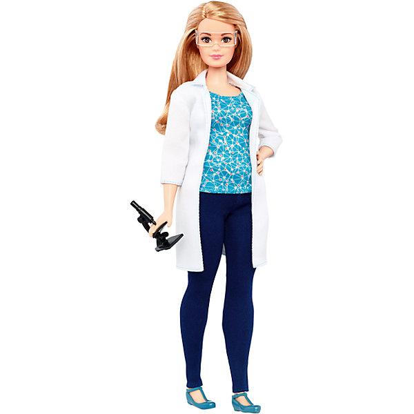 Кукла Barbie из серии «Кем быть?»Barbie<br>Характеристики:<br><br>• возраст: от 3 лет;<br>• материал: пластмасса, текстиль;<br>• в наборе: кукла, одежда, очки, микроскоп;<br>• высота куклы: 29 см;<br>• вес упаковки: 165 гр.;<br>• размер упаковки: 33х12х6 см;<br>• страна бренда: США.<br><br>Кукла Barbie осваивает разные профессии. На этот раз она решила стать ученым, оделась в профессиональную одежду и, конечно, не забыла пройти обучение, чтобы стать первоклассным специалистом. В комплекте соответствующий работе аксессуар.<br><br>Волосы куклы можно причесывать и собирать в прически. Ручки, ножки и голова двигаются. Игрушка выполнена из качественных безопасных материалов.<br><br>Кукла Barbie из серии «Кем быть?» можно купить в нашем интернет-магазине.<br>Ширина мм: 334; Глубина мм: 113; Высота мм: 58; Вес г: 182; Возраст от месяцев: 36; Возраст до месяцев: 72; Пол: Женский; Возраст: Детский; SKU: 6996460;