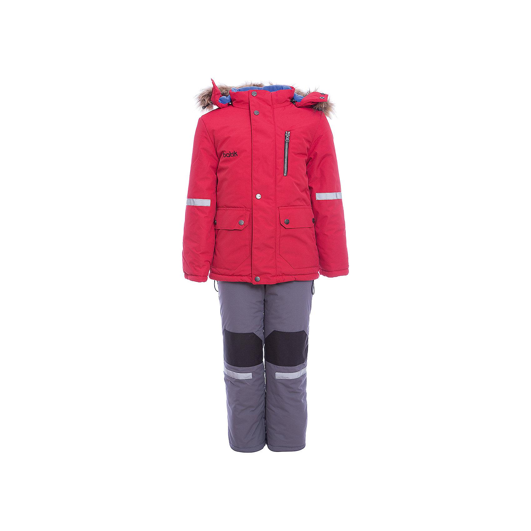 Комплект: куртка и полукомбенизон Артур Batik для мальчикаВерхняя одежда<br>Характеристики товара:<br><br>• цвет: красный<br>• комплектация: куртка и полукомбинезон <br>• состав ткани: таслан<br>• подкладка: поларфлис<br>• утеплитель: шелтер<br>• сезон: зима<br>• мембранное покрытие<br>• температурный режим: от -35 до 0<br>• водонепроницаемость: 5000 мм <br>• паропроницаемость: 5000 г/м2<br>• плотность утеплителя: куртка - 350 г/м2, полукомбинезон - 200 г/м2<br>• застежка: молния<br>• капюшон: с мехом, отстегивается<br>• встроенный термодатчик<br>• износостойкие вставки на брюках<br>• страна бренда: Россия<br>• страна изготовитель: Россия<br><br>Непромокаемый и непродуваемый детский комплект дополнен термодатчиком и отворотами, с помощью которых можно увеличить размер. Зимний мембранный комплект для мальчика легко чистится и долго служит. Детский комплект сделан легкого, но теплого материала. Зимний комплект для ребенка отличается стильным дизайном. <br><br>Комплект: куртка и полукомбинезон Артур Batik (Батик) для мальчика можно купить в нашем интернет-магазине.<br><br>Ширина мм: 356<br>Глубина мм: 10<br>Высота мм: 245<br>Вес г: 519<br>Цвет: красный<br>Возраст от месяцев: 24<br>Возраст до месяцев: 36<br>Пол: Мужской<br>Возраст: Детский<br>Размер: 104,110,116,122,80,86,92,98<br>SKU: 7027993