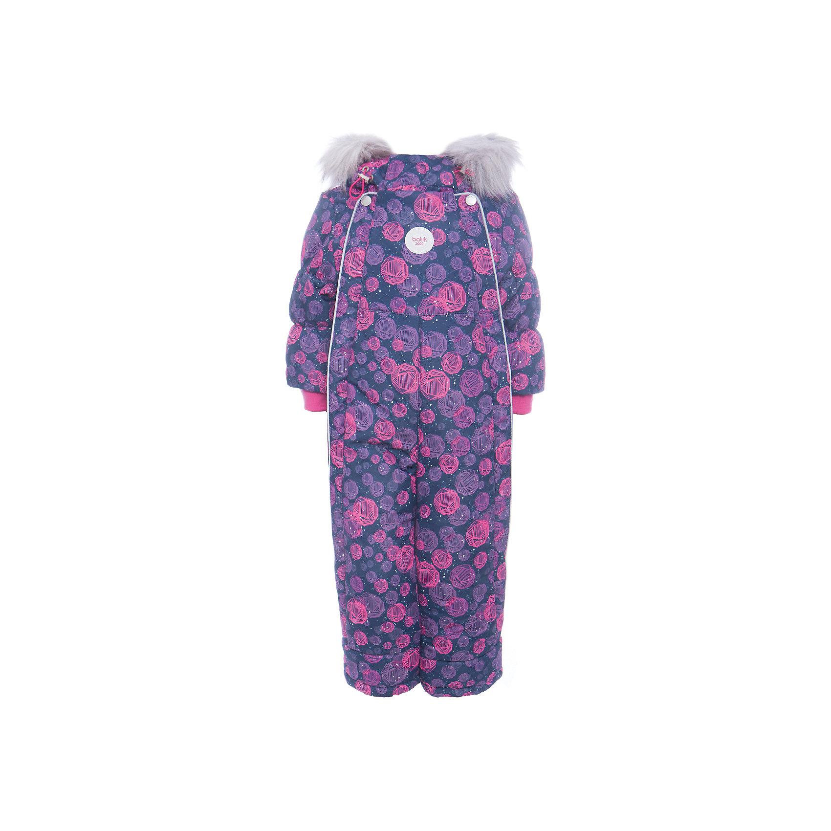 Комбинезон Сара Batik для девочкиВерхняя одежда<br>Характеристики товара:<br><br>• цвет: синий<br>• состав ткани: таслан<br>• подкладка: поларфлис<br>• утеплитель: слайтекс<br>• сезон: зима<br>• мембранное покрытие<br>• температурный режим: от -35 до 0<br>• водонепроницаемость: 5000 мм <br>• паропроницаемость: 5000 г/м2<br>• плотность утеплителя: 350 г/м2<br>• застежка: молния<br>• капюшон: с мехом<br>• опушка отстегивается<br>• силиконовые штрипки<br>• страна бренда: Россия<br>• страна изготовитель: Россия<br><br>Этот удобный комбинезон декорирован принтом. Верх детского комбинезона надежно защищает от холода и влаги. Подкладка комбинезона для девочки мягкая и теплая. Детский зимний комбинезон дополнен капюшоном, силиконовыми штрипками и удобными молниями. <br><br>Комбинезон Сара Batik (Батик) для девочки можно купить в нашем интернет-магазине.<br><br>Ширина мм: 356<br>Глубина мм: 10<br>Высота мм: 245<br>Вес г: 519<br>Цвет: синий<br>Возраст от месяцев: 12<br>Возраст до месяцев: 18<br>Пол: Женский<br>Возраст: Детский<br>Размер: 86,80<br>SKU: 7028078