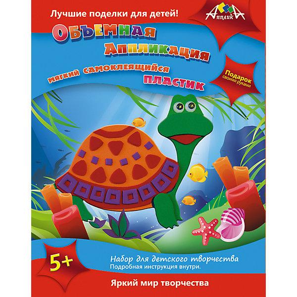 Набор для детского творчества Подарок своими рукамиБумага<br>Характеристики:<br><br>• возраст: от 5 лет<br>• комплектация: 4 набора (Объемная аппликация из самоклеящегося мягкого пластика 2 шт.; Пластиковая сумочка своими руками; Плетение из бумаги)<br>• в наборах «Объемная аппликация из самоклеящегося мягкого пластика»: цветная картонная основа А5; вырубленные элементы из самоклеящегося мягкого пластика; стразы<br>• в наборе «Пластиковая сумочка своими руками»: полоски и элементы-замочки из мягкого пластика EVA; цветной шнур; пластиковая иголка со скругленным концом<br>• в наборе «Плетение из бумаги»: три цветные картонные фигурки; разноцветные полоски из цветной мелованный бумаги; глазки; стразы; двусторонний скотч<br>• размер упаковки: 30,5х20х5,7 см.<br>• вес: 260 гр.<br><br>Набор для творчества позволит создать две объемных аппликации с изображением с изображением черепашки и медвежонка, сумочку из мягкого пластика EVA, и три картонные фигурки - бегемота, кита и попугая.<br><br>Процесс создания поделок прост, а результат великолепен.<br><br>Чтобы сделать объемную аппликацию из мягкого пластика, необходимо отделить пластик от защитного слоя и приклеить к цветной основе, а затем декорировать получившуюся картинку стразами.<br><br>Яркая сумочка изготавливается путем переплетения полосок и их фиксации с помощью элементов-замочков из мягкого пластика EVA, цветного шнура и пластиковой иголки со скругленным концом.<br><br>Чтобы создать зверушек, нужно сквозь специальные отверстия в картонных фигурках продеть разноцветные бумажные полоски, а затем украсить готовые фигурки стразами и прикрепить глазки.<br><br>Готовые работы станут замечательным подарком.<br><br>Набор для детского творчества способствует формированию у ребенка усидчивости, внимательности и аккуратности, развивает мелкую моторику рук.<br><br>Набор для детского творчества «Подарок своими руками» можно купить в нашем интернет-магазине.<br><br>Ширина мм: 305<br>Глубина мм: 200<br>Высота мм: 57<br>Вес г: 260<