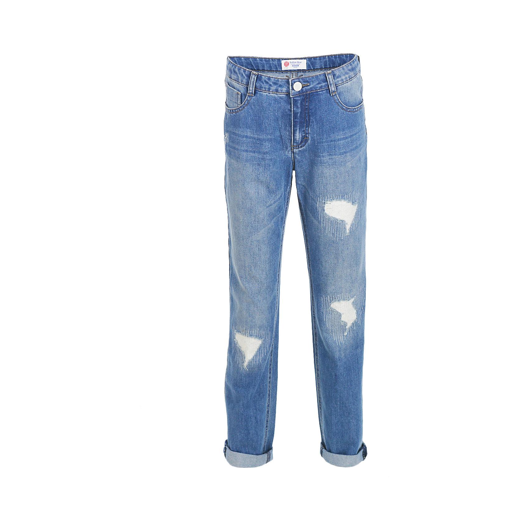 Джинсы BUTTON BLUE для девочкиДжинсы<br>Джинсы BUTTON BLUE для девочки<br>Голубые джинсы силуэта бойфренд с потертостями, варкой и повреждениями — основа модного повседневного гардероба ребенка! Классная форма, удобная посадка на фигуре подарят девочке комфорт, свободу движений и уверенность в себе. Если вы хотите купить недорогие детские джинсы отличного качества, модель от Button Blue - прекрасный вариант!<br>Состав:<br>100% хлопок<br><br>Ширина мм: 215<br>Глубина мм: 88<br>Высота мм: 191<br>Вес г: 336<br>Цвет: голубой<br>Возраст от месяцев: 132<br>Возраст до месяцев: 144<br>Пол: Женский<br>Возраст: Детский<br>Размер: 152,158,98,104,110,116,122,128,134,140,146<br>SKU: 7037829