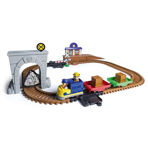 Железная дорога Spin Master Щенячий патруль с спасателямиАвтотреки<br>Характеристики товара:<br><br>• возраст: от 3 лет;<br>• материал: пластик;<br>• в комплекте: фигурка Крепыша, трек, вокзал, тоннель, шлагбаум, паровозик, 2 платформы для грузов, 2 фщика для грузов, камни;<br>• тип батареек: 2 батарейки ААА;<br>• наличие батареек: в комплект не входят;<br>• размер упаковки: 41х30х9 см;<br>• вес упаковки: 1,4 кг;<br>• страна производитель: Китай.<br><br>Игровой набор Spin Master Paw Patrol «Железная дорога спасателей» создан по мотивам известного мультсериала «Щенячий патруль» про отважных щенков-спасателей. В набор входят железная дорога, вокзал и паровозик.<br><br>Крепыш развозит грузы на паровозике по железной дороге. Только вот дорогу завалило камнями, поэтому Крепышу предстоит расчистить ее. Паровозик двигается по железной дороге автоматически.<br><br>Все элементы совместимы с другими наборами серии Roll Patrol, что позволит создавать разнообразные треки. Детали изготовлены из качественного пластика.<br><br>Игровой набор Spin Master Paw Patrol «Железная дорога спасателей» можно приобрести в нашем интернет-магазине.<br>Ширина мм: 424; Глубина мм: 307; Высота мм: 99; Вес г: 1540; Возраст от месяцев: 36; Возраст до месяцев: 72; Пол: Унисекс; Возраст: Детский; SKU: 7048276;
