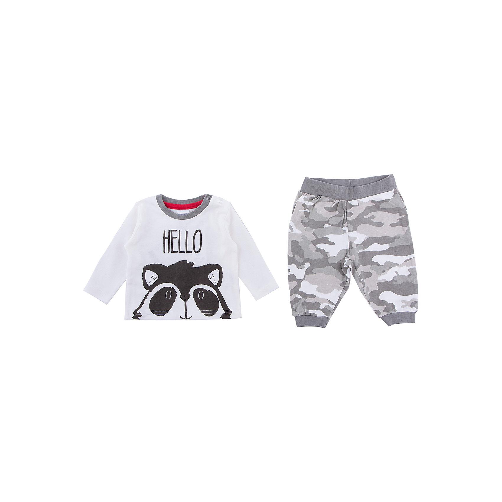 Комплект: футболка с длинным рукавом и брюки PlayToday для мальчикаКомплекты<br>Комплект: футболка с длинным рукавом и брюки PlayToday для мальчика<br>Комплект из футболки с длинным рукавом и брюк сможет быть и повседневной, и домашней одеждой. Для удобства снимания и одевания, горловина дополнена удобными застежками - кнопками. В качестве декора использован эффектный принт. Брюки выполнены из принтованной ткани в стиле милитари. Пояс на широкой резинке, не сдавливающей живот ребенка. Низ брючин на трикотажных манжетах. Горловина футболки усилена специальной плотной вставкой, которая защищает изделие от деформации. Свободный крой не сковывает движений ребенка. Мягкий материал приятен к телу и не вызывает раздражений.<br>Состав:<br>100% хлопок<br><br>Ширина мм: 230<br>Глубина мм: 40<br>Высота мм: 220<br>Вес г: 250<br>Цвет: белый<br>Возраст от месяцев: 0<br>Возраст до месяцев: 3<br>Пол: Мужской<br>Возраст: Детский<br>Размер: 56,62,68,74<br>SKU: 7110039