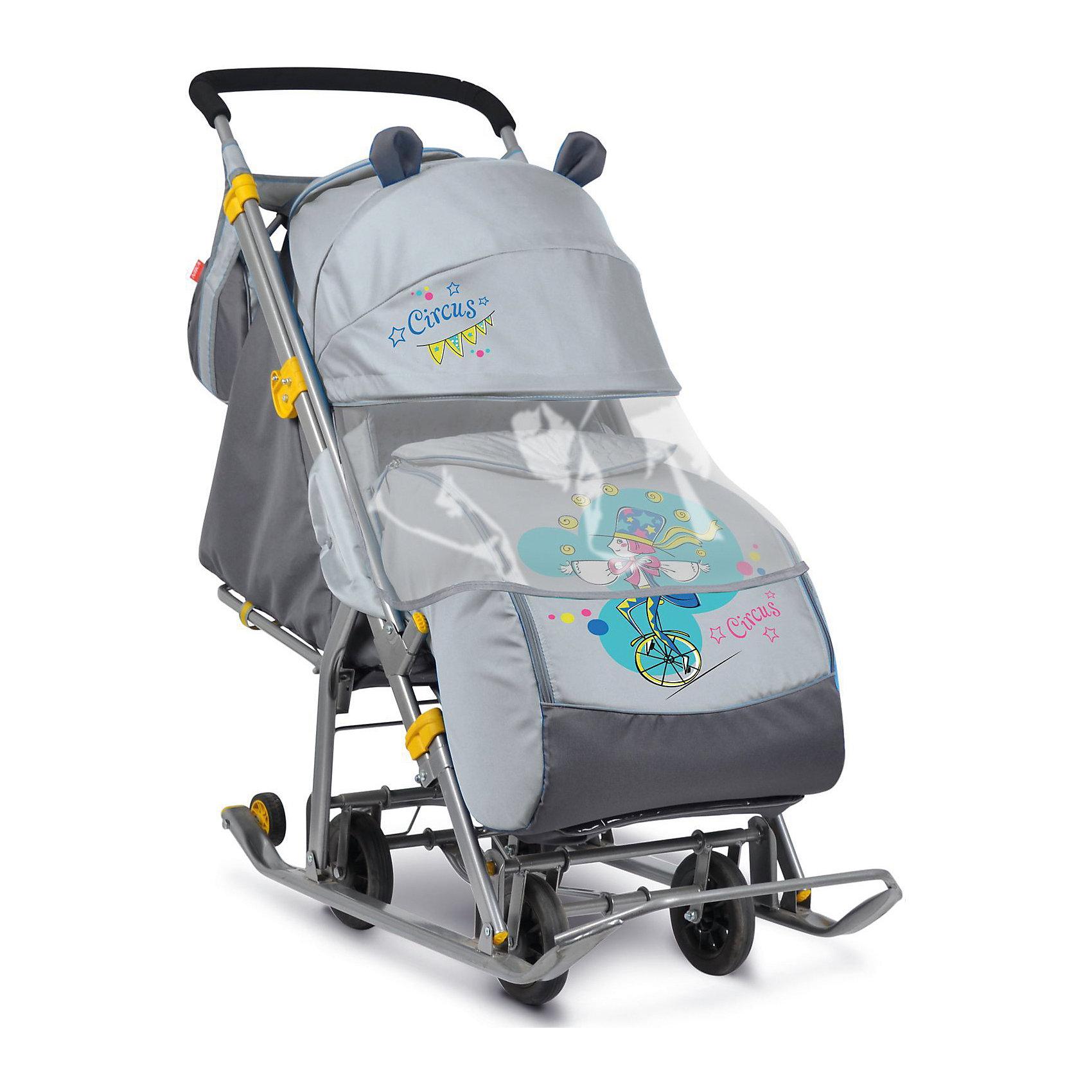 Санки-коляска Ника детям  7 (2017), Жонглер, серыйС колесиками<br>Санки-коляска Ника детям  7 (2017), Жонглер, серый<br><br>Коляска комбинированная с трансформируемым кузовом позволяет передвигаться по любой дороге. Нажатием ноги на педаль опускаются колеса, и вы можете везти коляску по асфальту или по гладкому полу. Еще одно нажатие — коляска трансформируется в санки и снова скользить по снегу!<br><br>• механизм смены полозьев на колеса<br>• плоские полозья 40 мм с большими обрезиненными колесами<br>• пятиточечный ремень безопасности<br>• складной высокий трехсекционный козырек с декоративными ушками<br>• спинка регулируется до положения лежа<br>• подножка с регулируемым наклоном ног, позволяющая ребенку в положении лежа комфортно вытягивать ножки<br>• перекидная ручка<br>• чехол для ног с 2-мя молниями для удобного открывания с двух сторон<br>• широкое посадочное место 385 мм<br>• ширина полозьев 445 мм<br>• ширина колесной базы 280 мм<br>• высота санок на полозьях 1030 мм<br>• высота санок на колесах 1095 мм<br>• смотровое окошко для наблюдения за ребенком<br>• светоотражающий кант<br>• сумка с кармашками для полезных мелочей<br>• размер в сложенном положении 1105х445х280 мм<br>• вес изделия 10,8 кг<br><br>В моделях 2017 года - съемный прозрачный тент-дождевик для защиты от ветра и осадков<br><br>Санки-коляска Ника детям  7 (2017), Жонглер, серый, можно купить в нашем интернет-магазине.<br><br>Ширина мм: 1150<br>Глубина мм: 470<br>Высота мм: 460<br>Вес г: 11500<br>Цвет: серый<br>Возраст от месяцев: 12<br>Возраст до месяцев: 48<br>Пол: Мужской<br>Возраст: Детский<br>SKU: 7128827