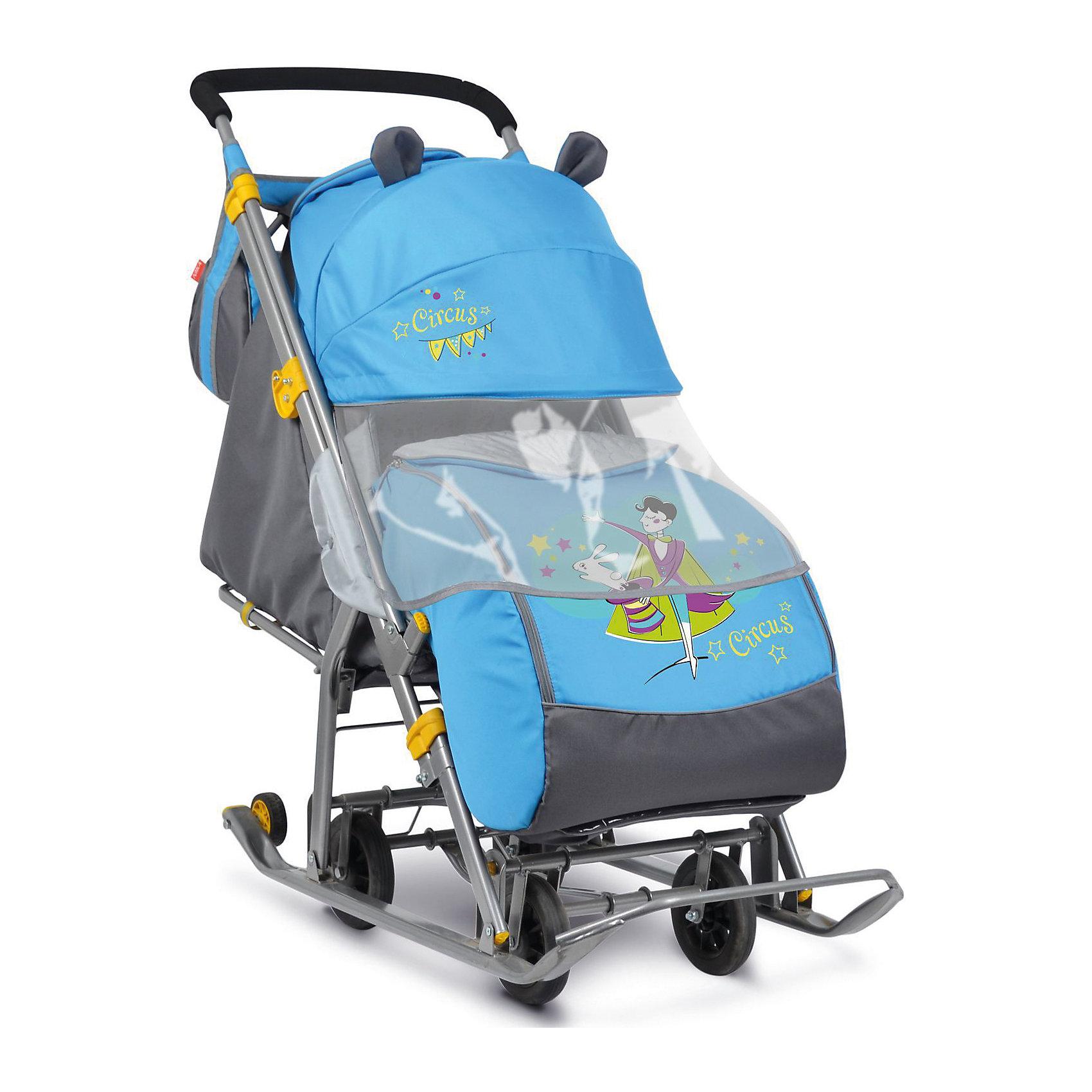 Санки-коляска Ника детям  7 (2017), Фокусник, синийС 4 колесиками<br>Санки-коляска Ника детям  7 (2017), Фокусник, синий<br><br>Коляска комбинированная с трансформируемым кузовом позволяет передвигаться по любой дороге. Нажатием ноги на педаль опускаются колеса, и вы можете везти коляску по асфальту или по гладкому полу. Еще одно нажатие — коляска трансформируется в санки и снова скользить по снегу!<br><br>• механизм смены полозьев на колеса<br>• плоские полозья 40 мм с большими обрезиненными колесами<br>• пятиточечный ремень безопасности<br>• складной высокий трехсекционный козырек с декоративными ушками<br>• спинка регулируется до положения лежа<br>• подножка с регулируемым наклоном ног, позволяющая ребенку в положении лежа комфортно вытягивать ножки<br>• перекидная ручка<br>• чехол для ног с 2-мя молниями для удобного открывания с двух сторон<br>• широкое посадочное место 385 мм<br>• ширина полозьев 445 мм<br>• ширина колесной базы 280 мм<br>• высота санок на полозьях 1030 мм<br>• высота санок на колесах 1095 мм<br>• смотровое окошко для наблюдения за ребенком<br>• светоотражающий кант<br>• сумка с кармашками для полезных мелочей<br>• размер в сложенном положении 1105х445х280 мм<br>• вес изделия 10,8 кг<br><br>В моделях 2017 года - съемный прозрачный тент-дождевик для защиты от ветра и осадков<br><br>Санки-коляска Ника детям  7 (2017), Фокусник, синий, можно купить в нашем интернет-магазине.<br><br>Ширина мм: 1150<br>Глубина мм: 470<br>Высота мм: 460<br>Вес г: 11500<br>Цвет: синий<br>Возраст от месяцев: 12<br>Возраст до месяцев: 48<br>Пол: Мужской<br>Возраст: Детский<br>SKU: 7128829