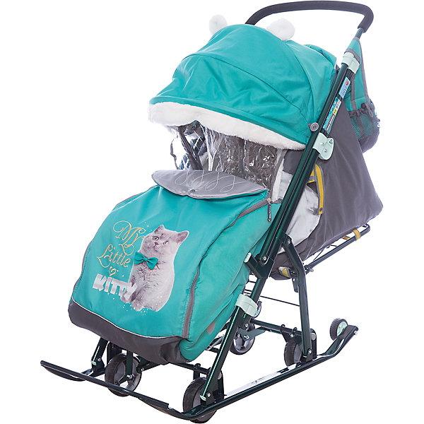 Санки-коляска Ника детям  7-2 (2017), Kitty, изумрудС перекидной ручкой<br>Санки-коляска Ника детям  7-2 (2017), Kitty, изумруд<br><br>Коляска комбинированная с трансформируемым кузовом позволяет передвигаться по любой дороге. Нажатием ноги на педаль опускаются колеса, и вы можете везти коляску по асфальту или по гладкому полу. Еще одно нажатие — коляска трансформируется в санки и снова скользить по снегу! Крыша, чехол для ножек и ушки на крыше отделаны мехом, на ручку коляски надеваются меховые рукавички для мамы. Яркие детские рисунки на чехле для ног с двумя молниями.<br><br>• механизм смены полозьев на колеса<br>• плоские полозья 40 мм с большими обрезиненными колесами<br>• пятиточечный ремень безопасности<br>• складной высокий трехсекционный козырек с декоративными ушками<br>• спинка регулируется до положения лежа<br>• подножка с регулируемым наклоном ног, позволяющая ребенку в положении лежа комфортно вытягивать ножки<br>• перекидная ручка<br>• чехол для ног с 2-мя молниями для удобного открывания с двух сторон<br>• широкое посадочное место 385 мм<br>• ширина полозьев 445 мм<br>• ширина колесной базы 280 мм<br>• высота санок на полозьях 1000 мм<br>• высота санок на колесах 1060 мм<br>• смотровое окошко для наблюдения за ребенком<br>• светоотражающий кант<br>• удобная, вместительная сумка с кармашками для полезных мелочей<br>• меховые рукавички для мамы<br>• размер в сложенном положении 1105х445х280 мм<br>• вес изделия 10,3 кг<br><br><br>В моделях 2017 года:<br>• новый дизайн сумки с кармашками для полезных мелочей<br>• съемный прозрачный тент от ветра и дождя с двумя молниями, крепится к чехлу коляски на пуговицу для исключения продувания<br>• возможность крепления тента на козырьке коляски с помощью пуговицы для удобства доступа к ребенку<br>• цветной каркас изделия<br>• цветной пластик<br><br>Санки-коляска Ника детям  7-2 (2017), Kitty, изумруд, можно купить в нашем интернет-магазине.<br>Ширина мм: 1150; Глубина мм: 470; Высота мм: 460; Вес г: 11500; Цвет: з