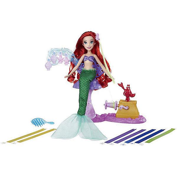 Кукла Hasbro Disney Princess Модная кукла Ариэль в салоне королевских лентКуклы<br>Характеристики:<br><br>• тип игрушки: кукла;<br>• возраст: от 5 лет;<br>• вес: 620 гр; <br>• материал: пластик, текстиль;<br>• комплектация: кукла, наряд, расческа, салонный стул, вертушка, 5 заколок для волос, 8 лент;<br>• упаковка: картонная коробка блистерного типа;<br>• размер: 6,5х30,2х35,2 см;<br>• бренд: Hasbro.<br><br>Модная «Кукла-принцесса Диснея» Hasbro  порадует каждую маленькую поклонницу мультфильма Дисней о длинноволосой красавице, Она одета в сиреневое платьице с пышной юбкой, расшитой изящными узорами-цветочками, а на ногах одеты туфельки в тон к нему. Также в комплект входят расческа и аксессуары для волос, с помощью которых девочка сможет создавать причудливые прически и украшать их.<br><br>Модную «Куклу-принцессу Диснея» Hasbro можно купить в нашем интернет-магазине.<br>Ширина мм: 65; Глубина мм: 302; Высота мм: 352; Вес г: 620; Возраст от месяцев: 60; Возраст до месяцев: 2147483647; Пол: Женский; Возраст: Детский; SKU: 7137751;