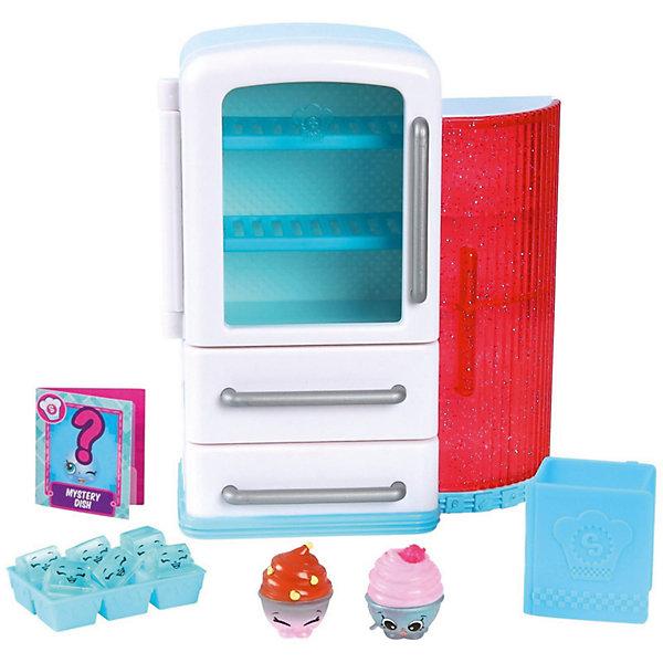 Игровой набор Moose Shopkins Chef Club, ХолодильникИгровые наборы с фигурками<br>Характеристики товара:<br><br>• возраст: от 5 лет;<br>• материал: пластик;<br>• упаковка: картонная коробка;<br>• размер упаковки: 25х23х9 см.;<br>• вес: 960 гр.;<br>• наименование бренда, страна бренда: Moose (Мус), Австралия;<br>• страна изготовитель: Китай.<br><br>Набор «Кулинарный клуб. Кухня (техника)» Shopkins - этот большой игровой набор включает в себя холодильник и дополнительные аксессуары. Доступ к верхней камере холодильник предоставляет прозрачная дверь. Пространство этой камеры поделено 2 решетчатыми полками, на которых поместятся фигурки из серии Shopkins. Под верхним отсеком располагаются 2 выдвижных шкафа. К бытовой технике примыкает стойка с полками, на которую можно будет установить минихолодильник.<br><br>Кроме холодильника в наборе имеются 6 минифигурок в виде кубиков льда и 2 стандартные фигурки в виде десертов. Также в набор Chef Club входит небольшая кулинарная книга с рецептами приготовления вкусных блюд. Все эти аксессуары помогут девочкам стать настоящими хозяйками на своей собственной кухне.<br><br>Из маленьких пластиковых фигурок можно собирать большую коллекцию и придумывать различные интересные сюжеты для игры с ними. Фигурки «Shopkins» изготовлены из высококачественных материалов, безопасных для детского здоровья. <br><br>Набор «Кулинарный клуб. Кухня (техника)» Shopkins, Moose (Мус) можно купить в нашем интернет-магазине.<br><br>Ширина мм: 250<br>Глубина мм: 90<br>Высота мм: 230<br>Вес г: 960<br>Возраст от месяцев: 60<br>Возраст до месяцев: 2147483647<br>Пол: Женский<br>Возраст: Детский<br>SKU: 7143849