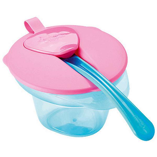 Тарелочка Tommee Tippee Explora розово-голубойДетская посуда<br>Характеристики:<br><br>• возраст: от 4 месяцев;<br>• материал: пластик;<br>• размер упаковки: 17х11,5х9,5 см;<br>• вес: 300 г;<br>• производитель: Tommee Tippee.<br><br>Детская тарелка с отделением для разминания и охлаждения пищи поможет начать прикорм малыша. На поверхности крышки есть отверстие для ложки, которое закрывается колпачком. Пластиковая посуда не бьется, поэтому ее можно безопасно давать детям.<br> <br>Специальное отделение для разминания пищи поможет охладить еду для нужной температуры. Тарелка продаётся в комплекте с герметичной крышкой и мягкой ложечкой для прикорма. Благодаря треугольному дну, кормление становится еще более комфортным.<br><br>Этой тарелочкой удобно пользоваться не только дома, но и брать ее с собой в поездки или в гости. <br><br>Прочные и легкие пластиковые тарелки имеют долгий срок службы. Такую посуду можно мыть в посудомоечной машине и греть в микроволновой печи.<br><br>Тарелочка с отделением для разминания и охлаждения пищи (розовая крышка), Tommee Tippee можно купить в нашем интернет-магазине.<br>Ширина мм: 110; Глубина мм: 125; Высота мм: 70; Вес г: 112; Цвет: розовый; Возраст от месяцев: 4; Возраст до месяцев: 36; Пол: Унисекс; Возраст: Детский; SKU: 7196614;