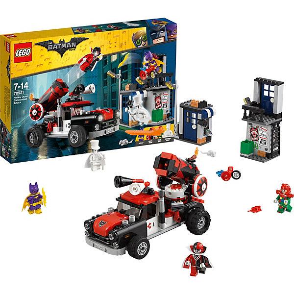 Конструктор LEGO Batman Movie 70921: Тяжёлая артиллерия Харли КвиннLEGO Batman Movie<br>Характеристики товара:<br><br>• возраст: от 7 лет;<br>• серия LEGO: Batman Movie;<br>• материал: пластик;<br>• количество деталей: 425 шт.;<br>• в наборе: грузовик, постройка с банкоматом, постройка с балконом, взрывчатка, оружие Харли Квинн, поворотный ключ;<br>• количество минифигурок: 4;<br>• размер грузовика: 11х18х9 см;<br>• размер упаковки: 26х38х5 см;<br>• вес упаковки: 671 гр.;<br>• страна изготовитель: Дания.<br><br>Из конструктора LEGO Batman Movie: «Тяжелая артиллерия Харли Квинн» можно собрать игровую сцену, в которой Бэтгерл сражается против Харли Квинн и Лоскутника, а призрак Джентельмена тем временем пытается ограбить банкомат.<br><br>В наборе есть функциональная машина с пушкой, которая стреляет фигурокй Харли Квинн. Сооружение с балконом позволит лучше видеть происходящее. Набор открывает простор для фантазии ребенка. Элементы конструктора детализированы, выполнены в ярких цветах из безопасного и прочного пластика.<br><br>Особенности и функционал:<br><br>• в грузовике открывающийся капот и дверь кабины;<br>• поворотные прожекторы и мегафоны;<br>• регулируемая пушка стреляет при нажатии рычага;<br>• подходит для использования с другими наборами серии LEGO Batman Movie.<br><br>Конструктор LEGO Batman Movie 70921: «Тяжёлая артиллерия Харли Квинн» можно купить в нашем интернет-магазине.<br>Ширина мм: 382; Глубина мм: 56; Высота мм: 262; Вес г: 624; Возраст от месяцев: 84; Возраст до месяцев: 168; Пол: Мужской; Возраст: Детский; SKU: 7221533;