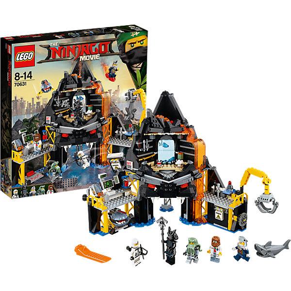Конструктор LEGO Ninjago 70631: Логово Гармадона в жерле вулканаLEGO NINJAGO<br>Характеристики товара:<br><br>• возраст: от 8 лет;<br>• серия LEGO: Ninjago;<br>• материал: пластик;<br>• количество деталей: 521 шт.;<br>• количество минифигурок: 6;<br>• в наборе: логово Гармадона, лук, стрелы, посох, меч, чайный сервиз;<br>• размер логова: 26х31х16 см;<br>• размер упаковки: 37х35х7 см;<br>• вес упаковки: 1,03 кг.;<br>• страна бренда: Дания.<br><br>Конструктор LEGO Ninjago: «Логово Гармадона в жерле вулкана» содержит 6 фигурок для сюжетных игр: Зейн, лорд Гармадон, генерал, два солдата армии и акула.<br><br>Местом действия становится убежище Гармадона прямо в центре вулкана. Здесь и лаборатория по программированию роботов-акул, и клешня для их отлова, и юркий дрон с лазерным оружием, от которого трудно спрятаться. Кроме того, в логове есть личная обитель Гармадона.<br><br>Набор открывает простор для фантазии ребенка. Красочные элементы конструктора отлично детализированы, выполнены из качественного безопасного пластика.<br><br>Особенности и функционал:<br><br>• дверь логова открывается при повороте рычага на 1 этаже;<br>• верхушка логова наполнена лавой;<br>• рабочий кран для захвата акул;<br>• функция взрыва стены под краном;<br>• подходит для использования с другими наборами серии LEGO Ninjago.<br><br>Конструктор LEGO Ninjago 70631: «Логово Гармадона в жерле вулкана» можно купить в нашем интернет-магазине.<br>Ширина мм: 379; Глубина мм: 353; Высота мм: 73; Вес г: 1023; Возраст от месяцев: 96; Возраст до месяцев: 168; Пол: Мужской; Возраст: Детский; SKU: 7221537;