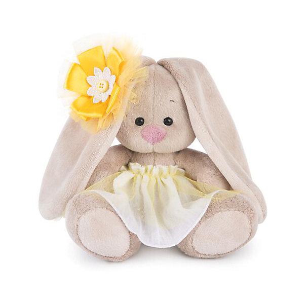 Зайка Ми  в желтой юбочке с цветком на ушке (малыш)Мягкие игрушки зайцы и кролики<br>Характеристики товара:<br><br>• возраст: от 3 лет;<br>• материал: текстиль, искусственный мех;<br>• высота игрушки: 13 см;<br>• размер упаковки: 13,5х13.5х13 см;<br>• вес упаковки: 210 гр.;<br>• страна производитель: Россия.<br><br>Мягкая игрушка «Зайка Ми в желтой юбочке с цветком на ушке» Budi Basa — очаровательный пушистый зайчонок с длинными ушками. На зайке желтая юбочка, а на ушке большой цветок желтого цвета. Игрушка выполнена из качественного безопасного материала, настолько приятного и мягкого, что ребенок будет брать с собой зайку в кроватку и спать в обнимку.<br><br>Мягкую игрушку «Зайка Ми в желтой юбочке с цветком на ушке» Budi Basa можно приобрести в нашем интернет-магазине.<br>Ширина мм: 135; Глубина мм: 135; Высота мм: 130; Вес г: 210; Возраст от месяцев: 36; Возраст до месяцев: 168; Пол: Унисекс; Возраст: Детский; SKU: 7231236;