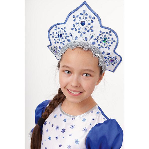 Кокошник СнегурочкаДетские шляпы и колпаки<br>Характеристики товара:<br><br>• возраст: от 7 лет;<br>• материал: полиэстер;<br>• размер упаковки: 45х8х35 см;<br>• страна бренда: Россия.<br><br>Кокошник от торговой марки Пуговка станет отличным дополнением к костюму Снегурочки. Кокошник выполнен из полиэстера, украшен крупными стразами и пайетками. Модель имеет универсальный размер, сзади есть резинка. Кокошник прекрасно подойдёт для детских праздников, утренников и театральных представлений.<br><br>Кокошник «Снегурочка», Пуговка можно купить в нашем интернет-магазине.<br>Ширина мм: 450; Глубина мм: 80; Высота мм: 350; Вес г: 150; Возраст от месяцев: 84; Возраст до месяцев: 168; Пол: Женский; Возраст: Детский; SKU: 7241025;