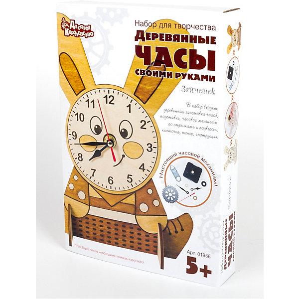 Набор для творчества. Деревянные часы своими руками. ЗайчонокДеревянные модели<br>Набор для творчества, стильные деревянные часы «Зайчонок» с настоящим часовым механизмом для детей старше 5 лет.<br>В набор входят:<br>• деревянная заготовка для часов;<br>• деревянная подставка;<br>• часовой механизм со стрелками и подвесом;<br>• кисточка;<br>• тонер;<br>• инструкция.<br>Прежде, чем приступить к сборке часов, ребенку придется разукрасить «Зайчонка» водорастворимым красителем. В зависимости от количества слоев тонера (от 1 до 4-х) меняется оттенок древесины, рисунок приобретает необходимый тон, контрастность и выразительность. Схема слоев тонировки можно увидеть на упаковке. Последующие слои тонировки наносить после полного высыхания предыдущего.<br>Если ребенок не имеет достаточного опыта сборки, то установку часового механизма лучше выполнять с помощью или под контролем родителей. Особое внимание нужно уделить установке стрелок. Подробно установка часового механизма описана в прилагаемой к набору инструкции. Теперь, что бы часы заработали, нужно, соблюдая полярность, вставить батарейку «АА» (в комплект не входят) и выставить точное время.<br>Готовые деревянные часы «Зайчонок» можно поставить на полку или повесить на стену.<br>Ширина мм: 200; Глубина мм: 280; Высота мм: 45; Вес г: 225; Возраст от месяцев: 60; Возраст до месяцев: 2147483647; Пол: Унисекс; Возраст: Детский; SKU: 7245636;