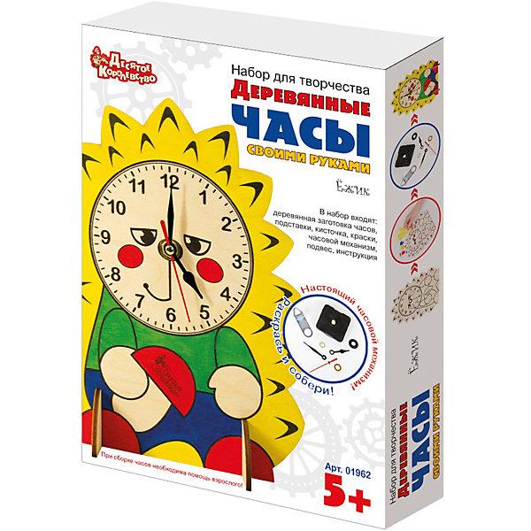 Набор для творчества. Деревянные часы своими руками (с красками). ЁжикДеревянные модели<br>Представляем Вам еще одни деревянные часы «Ёжик» для самостоятельной сборки. Этот набор для творчества рассчитан для детей от пяти лет. В его состав входят:<br>1. Деревянная заготовка для часов в виде Ежика.<br>2. Часовой механизм со стрелками.<br>3. Кисточка, акриловые краски – желтый, красный, синий.<br>4. Подробная инструкция по сборке.<br>Дополнительно Вам понадобится батарейка типа АА.<br>Развиваем навыки<br>Прежде, чем приступить к сборке часов, ребенку придется кисточкой аккуратно разукрасить «Ёжика» прилагаемыми красками. Этот процесс требует от маленького человечка внимания, аккуратности и терпения, кроме того способствует развитию мелкой моторики.<br>Для многих детей дошкольного и младшего школьного возраста, установка часового механизма может оказаться сложной задачей, поэтому потребуется помощь взрослого. Ребенку будет чрезвычайно интересно наблюдать, как на симпатичной мордочке-циферблате ежика появляются секундная, минутная и часовая стрелки.<br>Непосредственное участие в создании часов подталкивает интерес ребенка к пониманию принципа определения времени, движения стрелок. Например, один оборот секундной стрелки соответствует перемещению минутной стрелки на одно деление и т.д.<br>Деревянные часы «Ёжик» с работающим механизмом будут уместны в любом месте – на полке, на стене.<br>Ширина мм: 280; Глубина мм: 195; Высота мм: 47; Вес г: 240; Возраст от месяцев: 60; Возраст до месяцев: 2147483647; Пол: Унисекс; Возраст: Детский; SKU: 7245638;