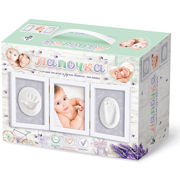 Набор Лапочка. Слепки ножек и ручек вашего малыша (тройная рамка со стеклом)Наборы из гипса<br>Набор для слепков ножек и ручек «Лапочка» с тройной рамкой не является детской игрушкой, он предназначен только для взрослых.<br>Рождение ребенка - огромное событие в любой семье. Малыши первый год жизни растут, меняются буквально на глазах, поэтому родители хотят увековечить эти драгоценные мгновения жизни своей любимой крохи, оставить след очаровательных слепков ножек и ручек для истории, пусть даже семейной.<br>В комплекте набора для слепков ручек и ножек «Лапочка» с тройной рамкой есть все необходимое для того, чтобы без сложных манипуляций сделать бесценный сувенир на память:<br>• самозатвердевающая полимерная глина – 2 пакета;<br>• тройная рамка со стеклом для размещения слепков ножек, ручек и фотографии малыша, размер каждой рамки 220х170 мм – 1 шт;<br>• деревянная скалка для раскатывания полимерной глины – 1 шт;<br>• 2-х сторонний скотч – 1 шт;<br>• подробная инструкция по работе с набором.<br>Обращаем внимание, что центральная рамка предназначена для размещения фотографии Вашего малыша, а крайние для слепков ножек и ручек. Толщина слепков не должна превышать 6 мм.<br>Глина для слепков совершенно безопасна, не токсична, не требует тепловой обработки и позволяет сделать несколько проб до высыхания. Для получения качественных отпечатков ручек и ножек, настоятельно рекомендуем соблюдать инструкцию по применению, а также несколько простых правил:<br>• держать подальше от малыша рамки со стеклом;<br>• не позволять ребенку играть с глиной, брать в рот, тереть глаза;<br>• до и после создания отпечатков обязательно помойте ножки и ручки ребенка.<br>Внимание:<br>• для того, чтобы глина с отпечатком сохраняла нужную форму не рекомендуется производить сушку рядом с нагревательными приборами или на солнце;<br>• размер фотографии должен быть не более 190х140 мм.<br>Ширина мм: 250; Глубина мм: 180; Высота мм: 97; Вес г: 1520; Возраст от месяцев: 36; Возраст до месяцев: 214748364