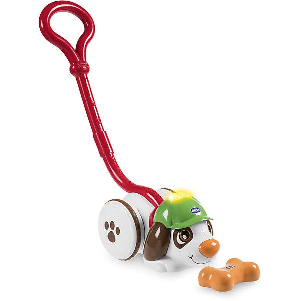 Музыкальная игрушка-каталка Chicco Собака ШерлокИгрушки каталки<br>Характеристики:<br><br>• музыкальная игрушка;<br>• игрушка-каталка;<br>• инновационные подсказки;<br>• синхронизация датчиков на малых и больших расстояниях;<br>• световые эффекты: красный цвет: косточка далеко;<br>• желтый цвет: косточка рядом;<br>• зеленый цвет: цель найдена;<br>• щенок лает при обнаружении заветной косточки;<br>• звучат торжественные мелодии;<br>• материал: пластик;<br>• рабочая частота: 2410-2475 МГц;<br>• максимальная мощность передачи: 1 МВт;<br>• тип батареек: 3 шт. типа АА и 2 шт. типа ААА;<br>• батарейки приобретаются отдельно;<br>• размер каталки: 24х17 см;<br>• высота ручки: 45 см.<br><br>Музыкальная игрушка «Собака-детектив» предлагает малышу вместе отправляться на поиски косточки. Малыш ведет питомца на поводке, собака Шерлок идет по следу и приводит ребенка к заветной цели – косточке. Игрушка-каталка позабавит кроху и его родителей. Задача игроков: родители прячут косточку, и малыш и Шерлок ее ищут. <br><br>Игрушку музыкальную «Собака Шерлок» можно купить в нашем интернет-магазине.<br>Ширина мм: 332; Глубина мм: 172; Высота мм: 252; Вес г: 1763; Возраст от месяцев: 12; Возраст до месяцев: 48; Пол: Унисекс; Возраст: Детский; SKU: 7265689;