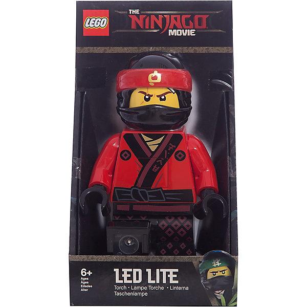 Игрушка-минифигура-фонарь LEGO Ninjago Movie (Лего Фильм: Ниндзяго)-KaiДетские предметы интерьера<br>Характеристики:<br><br>• фонарик-игрушка;<br>• светодиодные лампочки;<br>• элемент питания: батарейки;<br>• функциональная фигурка Lego: подвижные конечности, поворачивается голова, в руках может удерживать мелкие предметы, аксессуары из наборов;<br>• размер упаковки: 13,5х10х24,5 см;<br>• вес: 397 г.<br><br>Фигурка Lego с подвижными конечностями выступает не только в качестве персонажа в сюжетно-ролевых играх, но является и карманным фонариком. Светодиодные лампочки встроены в ступни персонажа, активируются и ярко горят. <br><br>Игрушку-минифигуру-фонарь LEGO Ninjago Movie (Лего Фильм: Ниндзяго)-Kai можно купить в нашем интернет-магазине.<br><br>Ширина мм: 135<br>Глубина мм: 100<br>Высота мм: 245<br>Вес г: 397<br>Возраст от месяцев: 72<br>Возраст до месяцев: 2147483647<br>Пол: Мужской<br>Возраст: Детский<br>SKU: 7310761