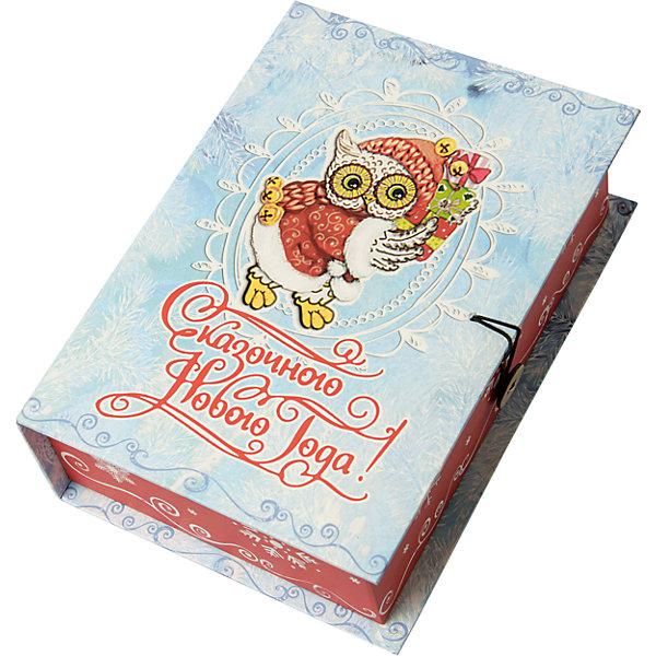 Подарочная коробка Новогодняя сова-MНовогодние коробки<br>Характеристики:<br><br>• размер коробки: 20х14х6 см;<br>• плотность картона: 1100 г/м2;<br>• масса: 149 г.<br><br>Красивая подарочная коробка поможет красиво упаковать презент. Небольшая коробочка может вместить небольшой сувенир.<br><br>Тематическая новогодняя иллюстрация на упаковке подойдет и для взрослых, и для детей. Мелованный негофрированный картон хорошо держит форму.<br><br>С помощью подарочных коробочек с цветным декоративным рисунком можно быстро и эффектно оформить подарки друзьям и родным.<br><br>Подарочную коробку «Новогодняя сова M», Magic Time можно купить в нашем интернет-магазине.<br><br>Ширина мм: 200<br>Глубина мм: 140<br>Высота мм: 60<br>Вес г: 149<br>Возраст от месяцев: 36<br>Возраст до месяцев: 2147483647<br>Пол: Унисекс<br>Возраст: Детский<br>SKU: 7317226