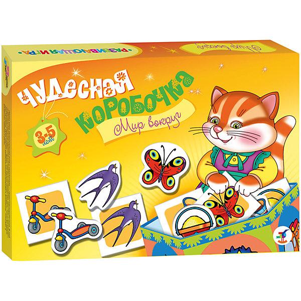 Чудесная коробочка. Мир вокругОбучающие карточки<br>Характеристики:<br><br>• тип игрушки: настольная игра;<br>• возраст: от 3 лет;<br>• комплектация: 72 карточки, правила;<br>• размер: 28x19,5х3,5 см;<br>• издатель: Дрофа;<br>• упаковка: картонная коробка;<br>• материал: картон.<br><br>Игра «Чудесная коробочка. Мир вокруг» разработана для детей от 3 лет. Увлекательная игра с сюрпризом — «чудесной коробочкой». В ней спрятаны карточки с разнообразными картинками природных объектов, животных, растений и предметов, окружающих малыша или знакомых ему только по книжкам. Игра развивает речь, память, интерес к окружающему миру.<br><br>Главной задачей ребенка является сопоставление их друг с другом, чтобы составить в итоге пары с одинаковыми картинками или придумать увлекательный рассказ с использованием различных элементов. В комплекте также предусмотрена заготовка для изготовления красочной коробочки, в которую можно сложить все карточки и хранить их в ней. Карточки и заготовка для коробочки выполнены они из плотного картона с глянцевым покрытием.<br><br>Игру «Чудесная коробочка. Мир вокруг» можно купить в нашем интернет-магазине.<br>Ширина мм: 280; Глубина мм: 195; Высота мм: 35; Вес г: 225; Возраст от месяцев: 36; Возраст до месяцев: 2147483647; Пол: Унисекс; Возраст: Детский; SKU: 7323682;