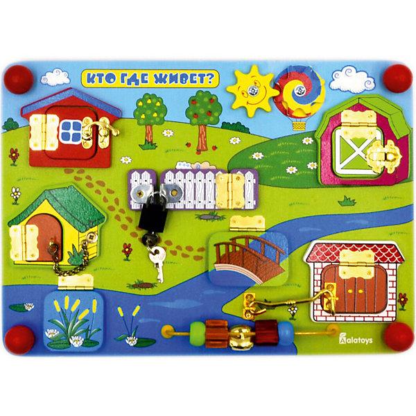 Бизиборд Alatoys Кто где живетРазвивающие игрушки<br>Характеристики товара:<br><br>• возраст: от 1 года;<br>• размер: 35х25 см;<br>• материал: дерево, металл, пластик;<br>• размер упаковки: 38х28х6 см;<br>• страна бренда: Россия.<br><br>Бизиборд «Кто где живет» познакомит малыша с домашними животными и их домиками. На бизиборде находятся различные домики с замками, открывая которые, малыш узнает, кто находится за дверцей. В нижней части бизиборда есть бусы с разными поверхностями. Малыш сможет крутить, перебирать и передвигать их. В комплект входит навесной замок с ключами. <br><br>Игра с бизибордом прекрасно развивает мелкую моторику, координацию движений, понимание причинно-следственных связей и воображение.<br><br>Бизиборд Кто где живет 350*250*55 , Alatoys (Алатойс) можно купить в нашем интернет-магазине.<br><br>Ширина мм: 380<br>Глубина мм: 80<br>Высота мм: 260<br>Вес г: 880<br>Возраст от месяцев: 36<br>Возраст до месяцев: 72<br>Пол: Унисекс<br>Возраст: Детский<br>SKU: 7340551