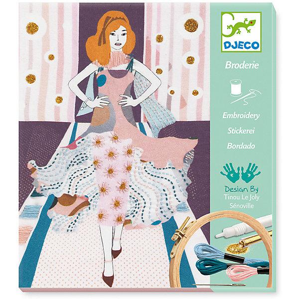 Наборы серии «Раскраска-аппликация» Модная неделя, DjecoШитьё<br>Набор для творчества Неделя моды от французского производителя Djeco (Джеко) непременно понравится юным рукодельницам, которые хотят научиться вышиванию. Набор поможет создать потрясающую картину на текстильном полотне с вышивкой и блестками. На полотне изображена красивая девушка в летящем платье на показе мод. При помощи ниток мулине и иглы, входящих в набор, девочка сможет дополнить картину красивыми вышитыми узорами. А также украсить вышивку блестками, которые крепятся к полотну при помощи специального клеевого карандаша. Подробная инструкция поможет сделать творческий процесс легким и приятным. И, конечно, можно проявить фантазию и вышить узоры с блестками самостоятельно без инструкции. Готовой картиной, помещенной в рамку, можно украсить комнату или подарить её маме. Набор поможет развить навыки вышивания, усидчивость, воображение и творческое мышление. Набор содержит: - 1 текстильное полотно с изображением, - 1 деревянные пяльца, - 3 мотка ниток мулине разных цветов, - 1 иглу, - 2 нитевдевателя, - 1 тюбик золотых блесток, - 1 клеевой карандаш, - подробную инструкцию с иллюстрациями. Размер картины для вышивания 28 х 23 см. Набор для творчество продается в красивой подарочной коробке. Рекомендован для детей от 8 до 14 лет. Купить набор для творчества Неделя моды от Djeco можно в нашем интернет магазине Konik.ru с доставкой в удобное для Вас время почтой или курьерской компанией!<br><br>Ширина мм: 20<br>Глубина мм: 240<br>Высота мм: 210<br>Вес г: 370<br>Возраст от месяцев: 36<br>Возраст до месяцев: 2147483647<br>Пол: Унисекс<br>Возраст: Детский<br>SKU: 7414742