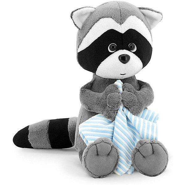 Мягкая игрушка Orange Енотик Дэнни с полотоенцем, 20 смМягкие игрушки животные<br>Характеристики товара:<br><br>• возраст: от 3 лет;<br>• цвет: серый, черный, голубой;<br>• высота игрушки: 20 см.;<br>• состав: искусственный мех, полиэтиленовые гранулы, текстиль, пластик;<br>• упаковка: картонная коробка открытого типа.;<br>• вес в упаковке: 210 гр.;<br>• бренд, страна: Orange, Россия;<br>• страна-производитель: Китай.<br><br>Мягкая игрушка «Енотик Дэнни с полотенцем» из коллеции LIFE торговой марки Orange может привести в восторг многих детей. Плюшевая игрушка станет отличным подспорьем для ребенка в развитии воображения, благодаря которому малыш сможет создавать интересные сюжеты и поделки. <br><br>Игрушка представляет собой улыбающегося доброго енотика по имени Дэнни, в руках он держит голубое полотенце в белую полоску, и можно подумать, что он приготовился к водным процедурам. У Дэнни приятный дружелюбный взгляд и положительное выражение мордочки.<br><br>Внутри игрушки находятся маленькие полиэтиленовые гранулы, которые не теряют форму и не позволяют игрушке портиться. Аккуратно простроченные швы надежно удерживают внутреннюю набивку. Материалы, использованные для изготовления игрушки, прошли контроль качества и безопасны для маленьких детей. <br><br>Коллекция LIFE включает в себя несколько симпатичных персонажей - совершенно разных, но объединённых общей историей их Жизни. Каждый герой имеет свое имя, характер и представлен в нескольких размерах, с разными одеждами и аксессуарами. Все игрушки продаются в стильных коробочках-трансформерах из экологического крафт-картона.<br><br>Мягкую игрушку «Енотик Дэнни с полотенцем», сидячий, 20 см., Orange можно купить в нашем интернет-магазине.<br>Ширина мм: 300; Глубина мм: 110; Высота мм: 80; Вес г: 100; Возраст от месяцев: 36; Возраст до месяцев: 180; Пол: Унисекс; Возраст: Детский; SKU: 7462231;