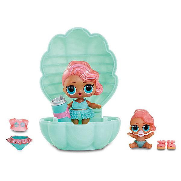 Мини-кукла сюрприз MGA Entertainment LOL Lil Sisters Основная кукла и сестренка (в жемчужине)Коллекционные куклы<br>Характеристики товара:<br>• возраст: от 3 лет<br>• комплект: 1 кукла-сюрприз, 1 мини-куколка в шарике, аксессуары.<br>• материал: пластик.<br>• размер упаковки: 15х15х10 см.;<br>• упаковка: пластиковый шар.<br>• страна обладатель бренда: США.<br><br>Состав набора:<br>• кейс с ручкой для переноски;<br>• эксклюзивная кукла ЛОЛ;<br>• эксклюзивная маленькая кукла ЛОЛ (сестрёнка);<br>• бомбочка для ванны;<br>• кейс-ракушка;<br>• наряд для стандартной куклы;<br>• наряд для маленькой куклы (сестрёнки)<br>• Внимание! Куколки в данном наборе всегда одинаковые!<br><br>Такого вы еще не видели! Огромный набор ЛОЛ: эксклюзивная куколка, её эксклюзивная сестренка, множество аксессуаров для них и большая солевая бомбочка для ванны! Пополните свою коллекцию куколкой, которую вы не встретите ни в одном классическом шаре LOL!<br><br>Упаковка представляет собой половинку большого блестящего шара с ручкой. Открыв его, вы увидите несколько отсеков: один большой в центре и 6 небольших по кругу. В небольших отсеках расположены непрозрачные шарики, которые легко открываются. Внутри вы найдете всевозможные аксессуары. В центральном отсеке находится большая солевая бомбочка в виде ракушки. Поместите её воду, она начнет шипеть и растворяться. Это так весело!<br><br>На этом сюрпризы не заканчиваются: когда бомбочка растворится, вы увидите, что внутри нее скрывается пластмассовая ракушка. Давайте откроем и посмотрим, что в ней?<br><br>В нескольких непрозрачных пакетиках вы найдете: бутылочку, куколку ЛОЛ и… её сестрёнку! Вот это да! Так много сюрпризов в одном наборе! Теперь давайте нарядим их и посмотрим, что они умеют. Да-да, вы не просто можете наряжать куколок и играть с ними, эти очаровашки еще и очень функциональны. Большая куколка ЛОЛ обладает одной или двумя из четырех возможных способностей: пить, плеваться, ходить в туалет или менять цвет. А у её младшей сестренки может 